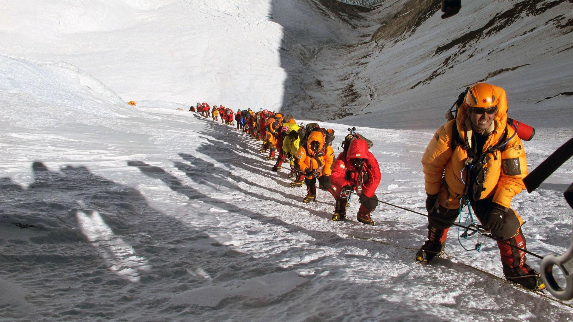 Muchos de los montañistas requieren la ayuda de guías nepalíes, con lo que son en total unas 750 personas las que intentarán llegar a la cumbre en las próximas semanas