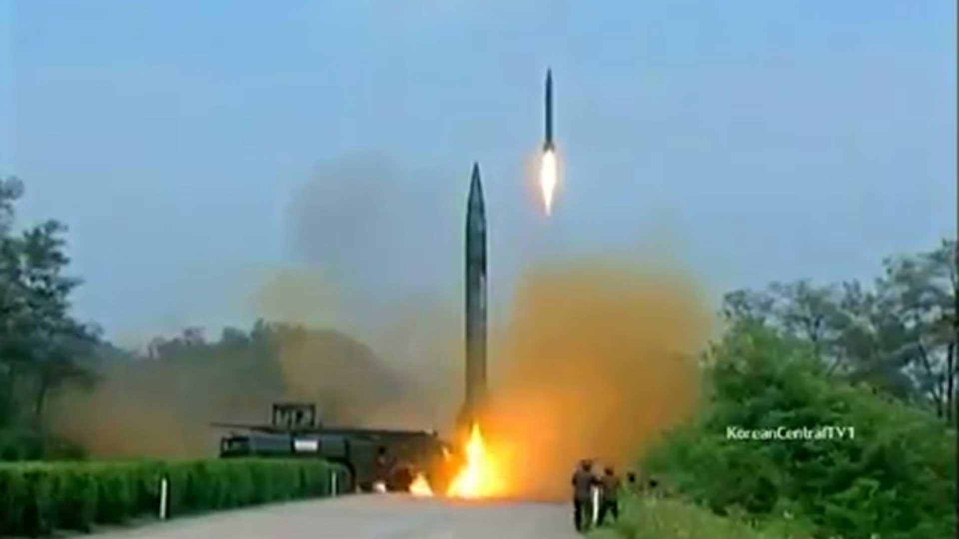 Al mismo tiempo, el país realizó pruebas de misiles capaces de llevar los artefactos nucleares