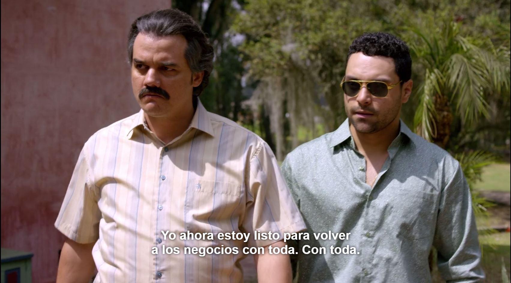 Pablo Escobar y su cuñado Carlos Henao, durante una escena de la serie