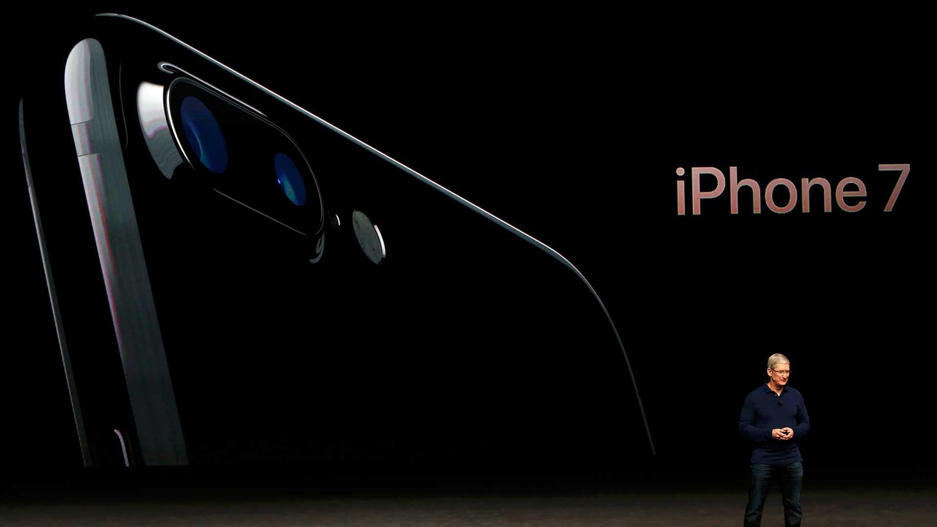 La doble cámara trasera del iPhone 7 Plus permitirá mejor entrada de luz y una definición más óptima (Reuters)