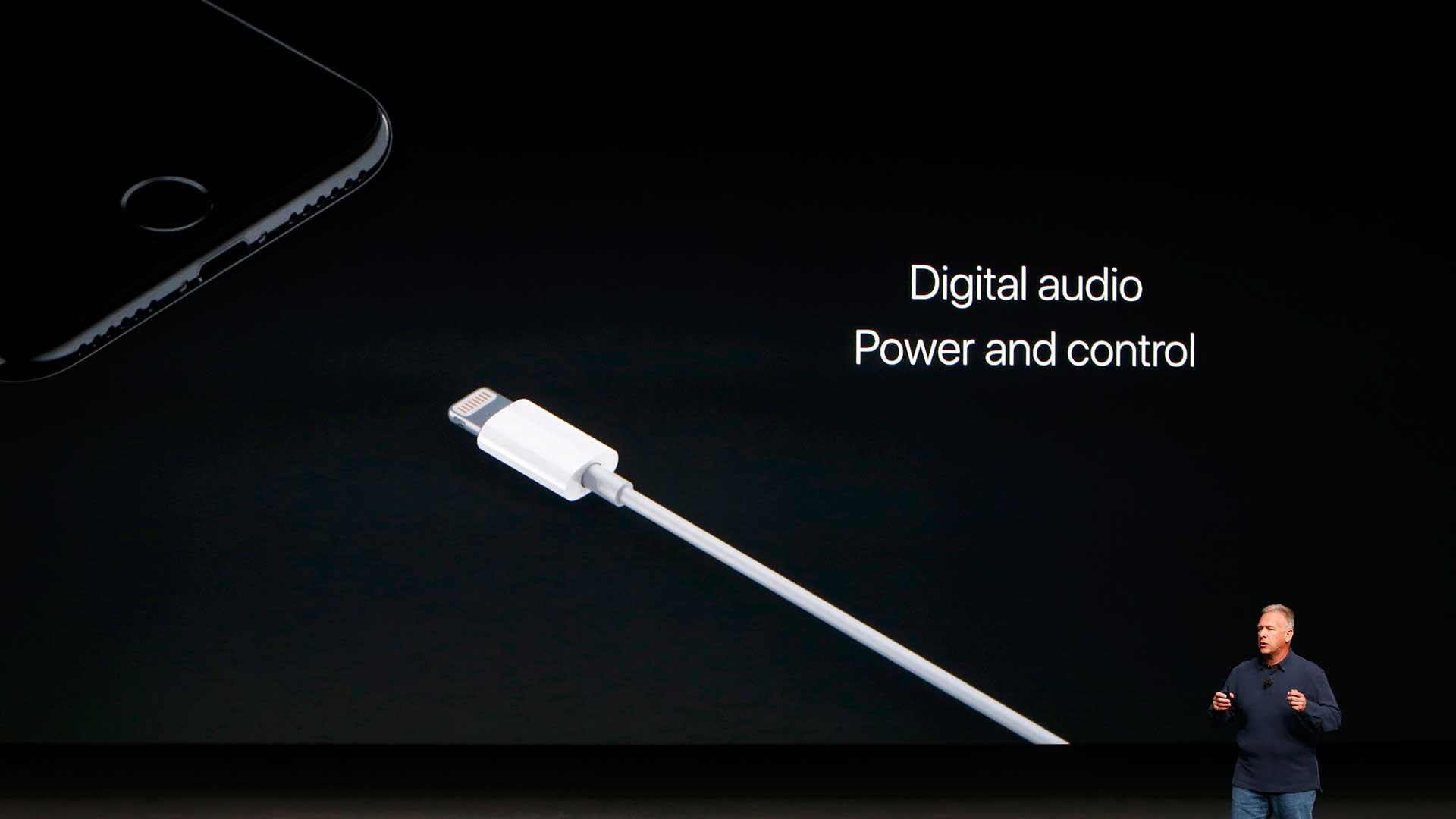 El nuevo teléfono conservará el puerto Lightning que sirve para la carga y control del audio (Reuters).
