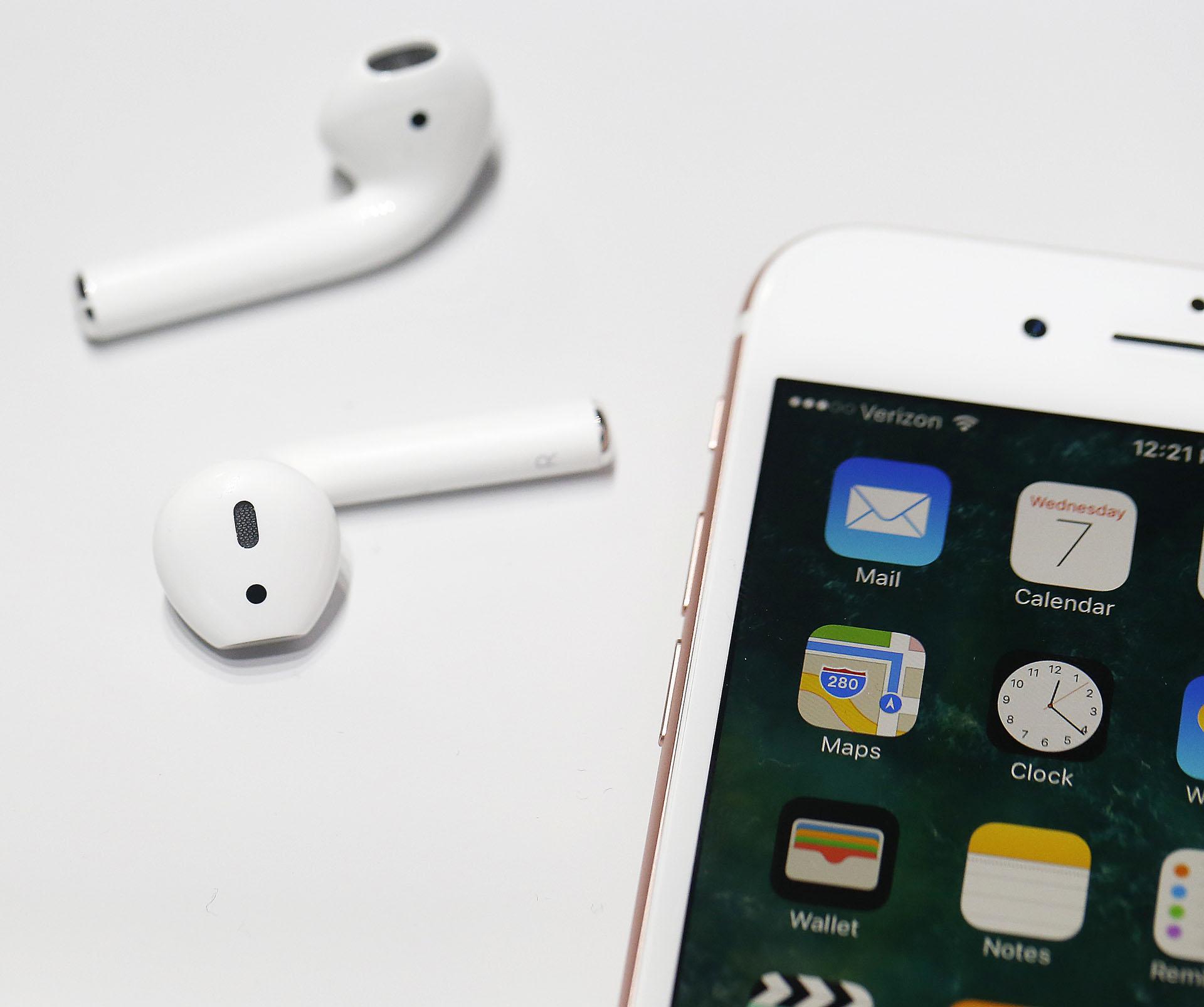 Los auriculares inalámbricos AirPods fueron lanzados en septiembre de 2016 (Foto: AFP)
