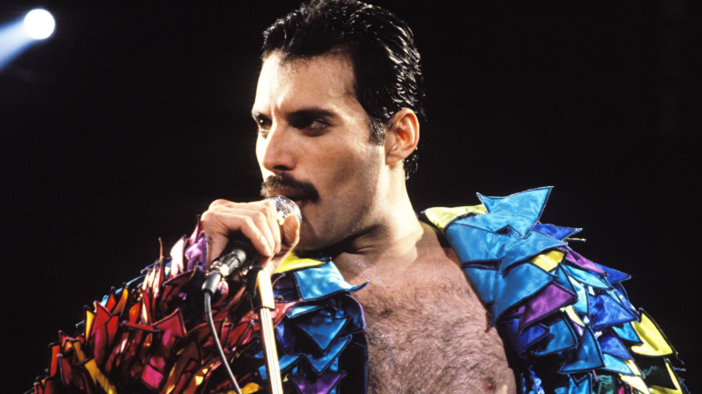 Freddie Mercury en una de sus más recordadas interpretaciones, Queen tocó junto a Liza Minnelli