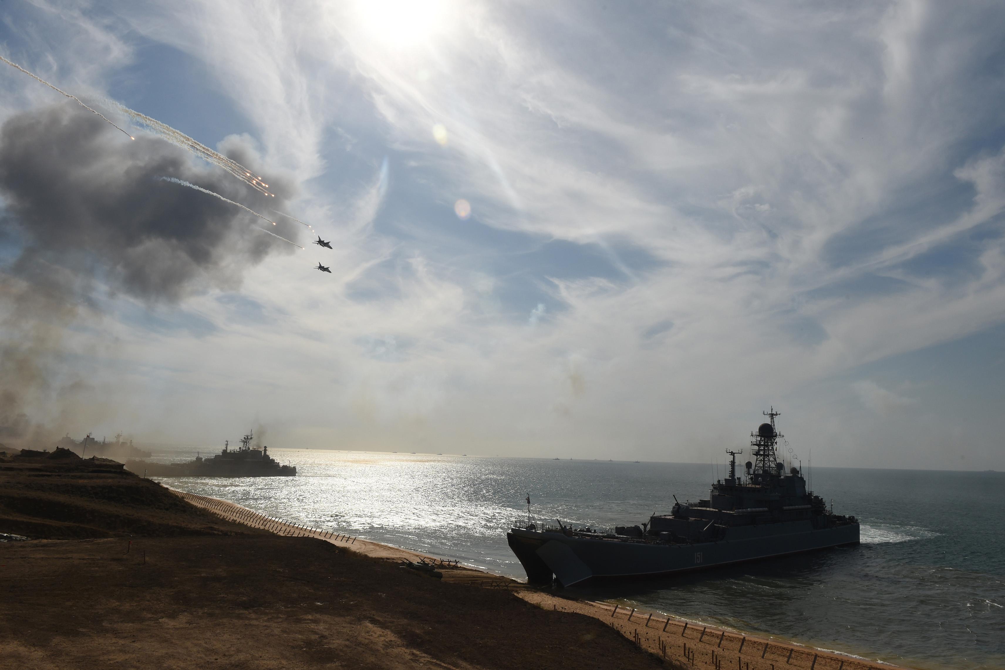 Buques rusos en la costa de Crimea (AFP)