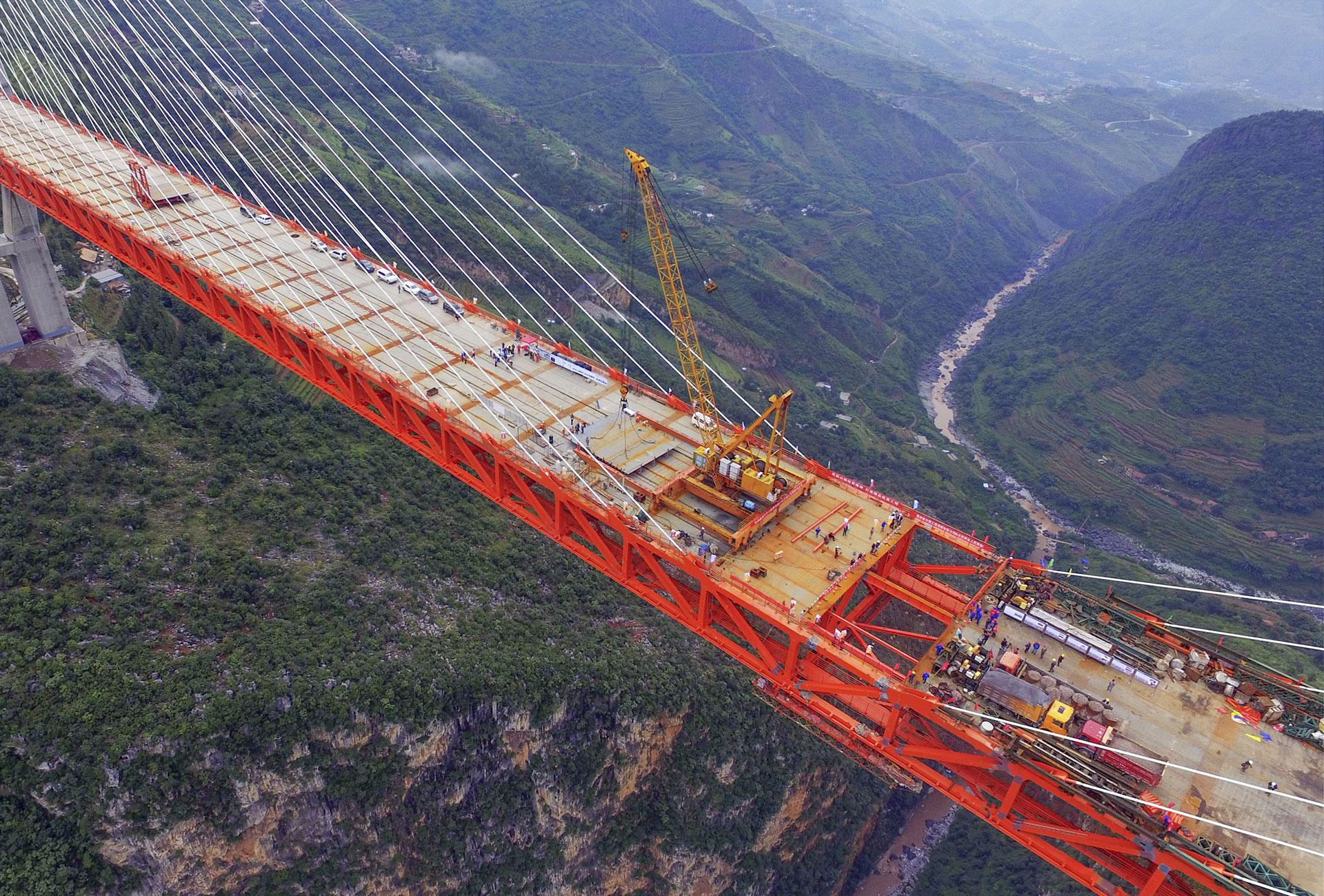 El Puente Beipanjiang tiene 1.341 metros de longitud. Reducirá la unión entre ciudades de cinco a dos horas aproximadamente (AFP)