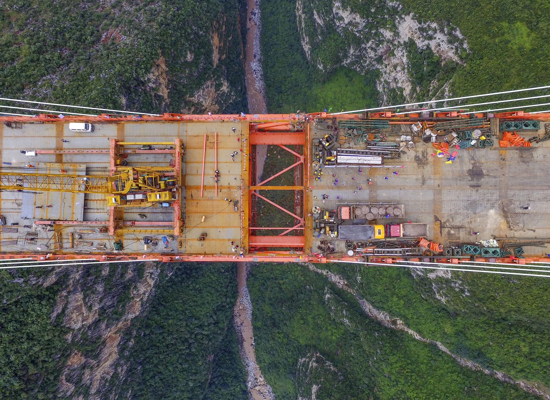 El Puente Beipanjiang está suspendido a 565 metros sobre un río en la provincia de Guizhou (AFP)