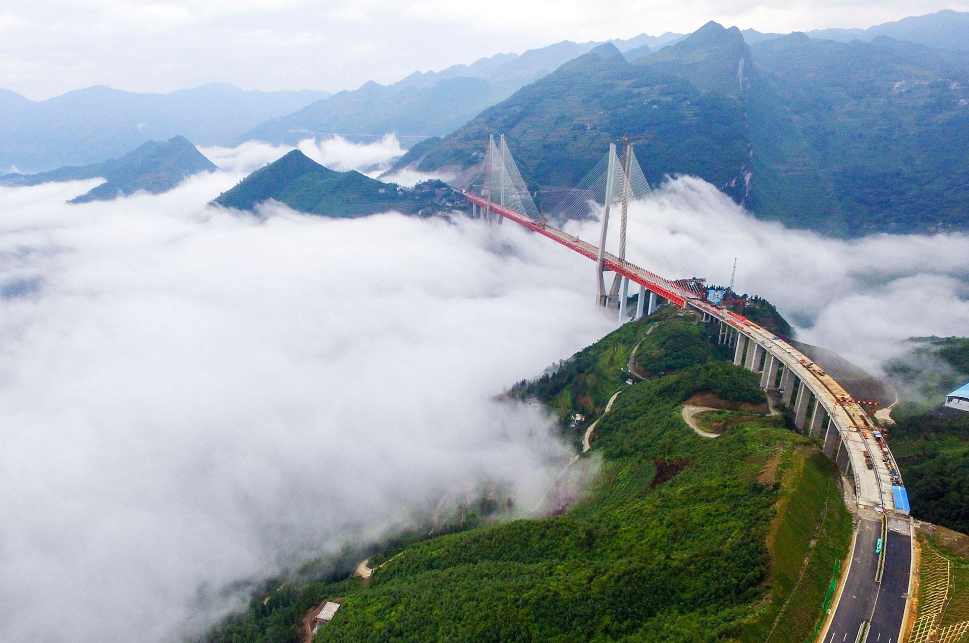 El Puente Beipanjiang será el más alto del mundo. Ya se terminó la base de la infraestructura (AFP)