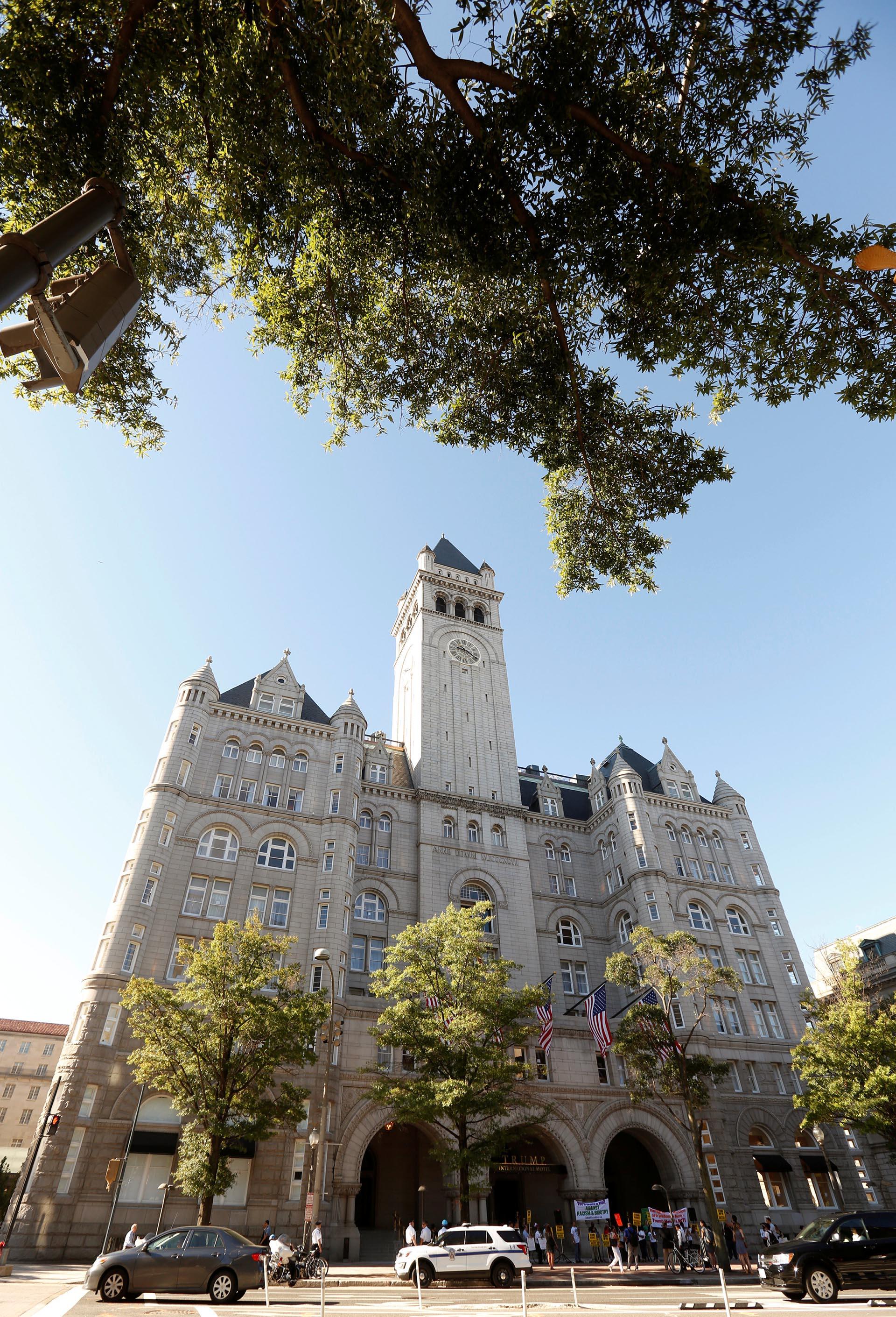El Old Post Office de Washington DC fue remodelado absolutamente por Donald Trump. Invirtió 200 millones de dólares. Inauguró hoy en medio de protestas (Reuters)