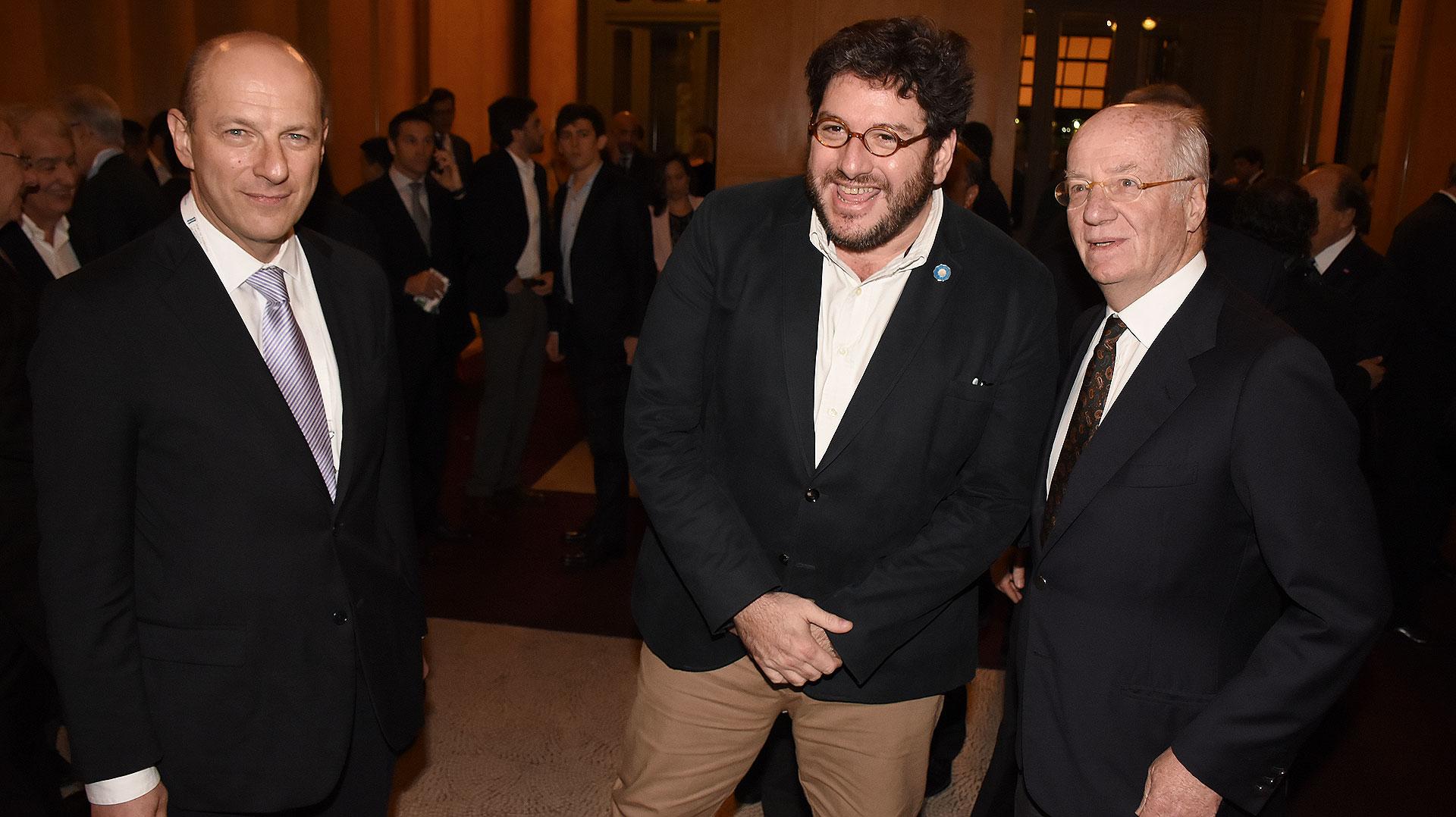 El CEO del Grupo Techint, Paolo Rocca junto al ministro de Cultura, Pablo Avelluto y el analista político Sergio Berensztein