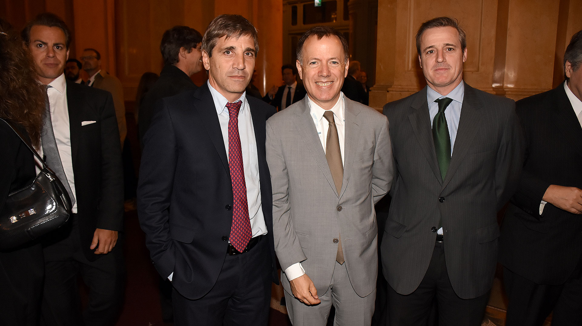 Luis Caputo, a la izquierda, el secretario de Finanzas, compartió la velada de inicio del Foro de Inversiones