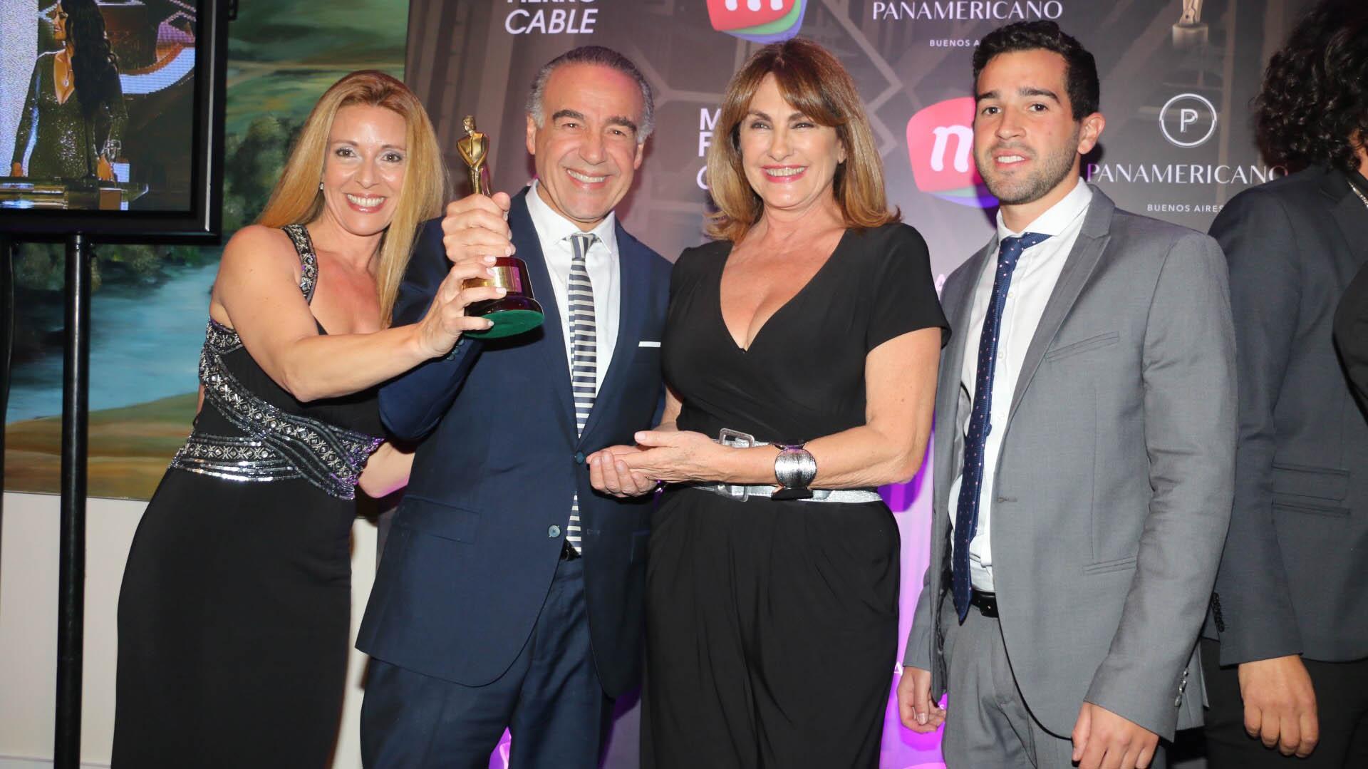 """El equipo de """"Sin dolor"""" festejó su premio en la categoría temas Médicos"""
