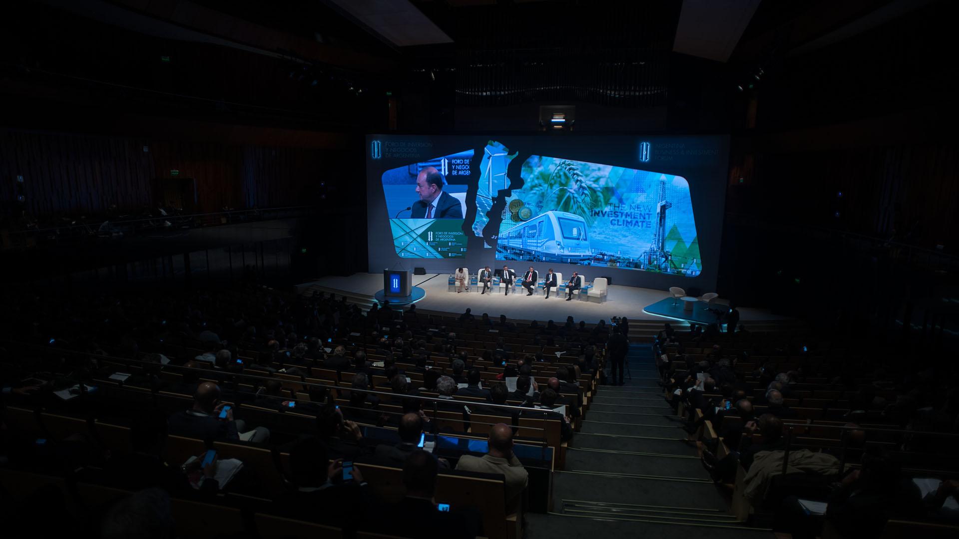 El ministro Francisco Cabrera, Martin Marron, Marc Nachmann, James Scriven y Dimitris Tsitsiragos en el Foro de Inversión y Negocios de Argentina