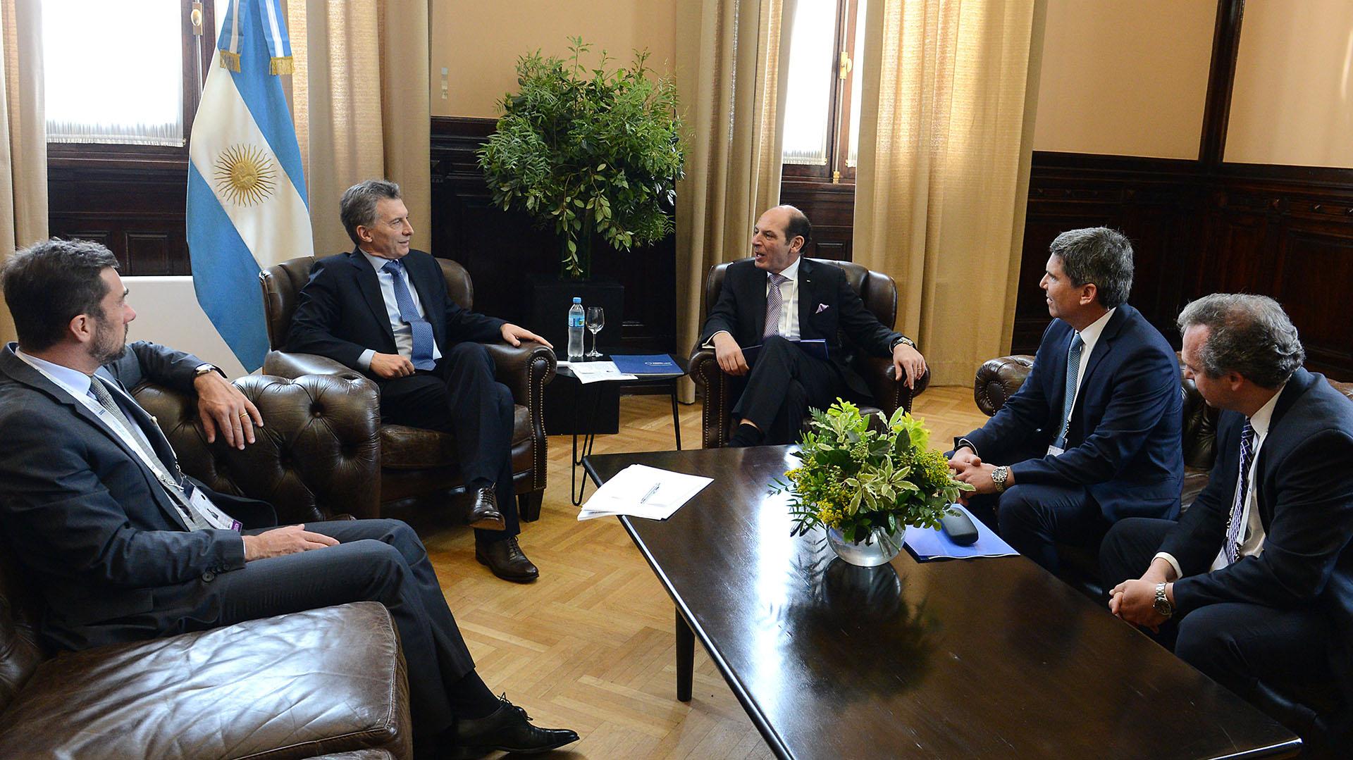 El presidente Mauricio Macri junto al vicepresidente senior de la empresa de computación e informática IBM Corporation, Bruno Di Leo