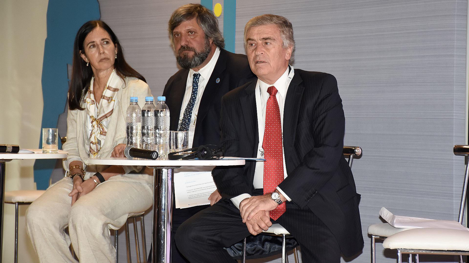 Aguad junto a Miguel De Godoy (ENACOM) y Clarisa Estol (Secretaria de Promoción de Inversiones)