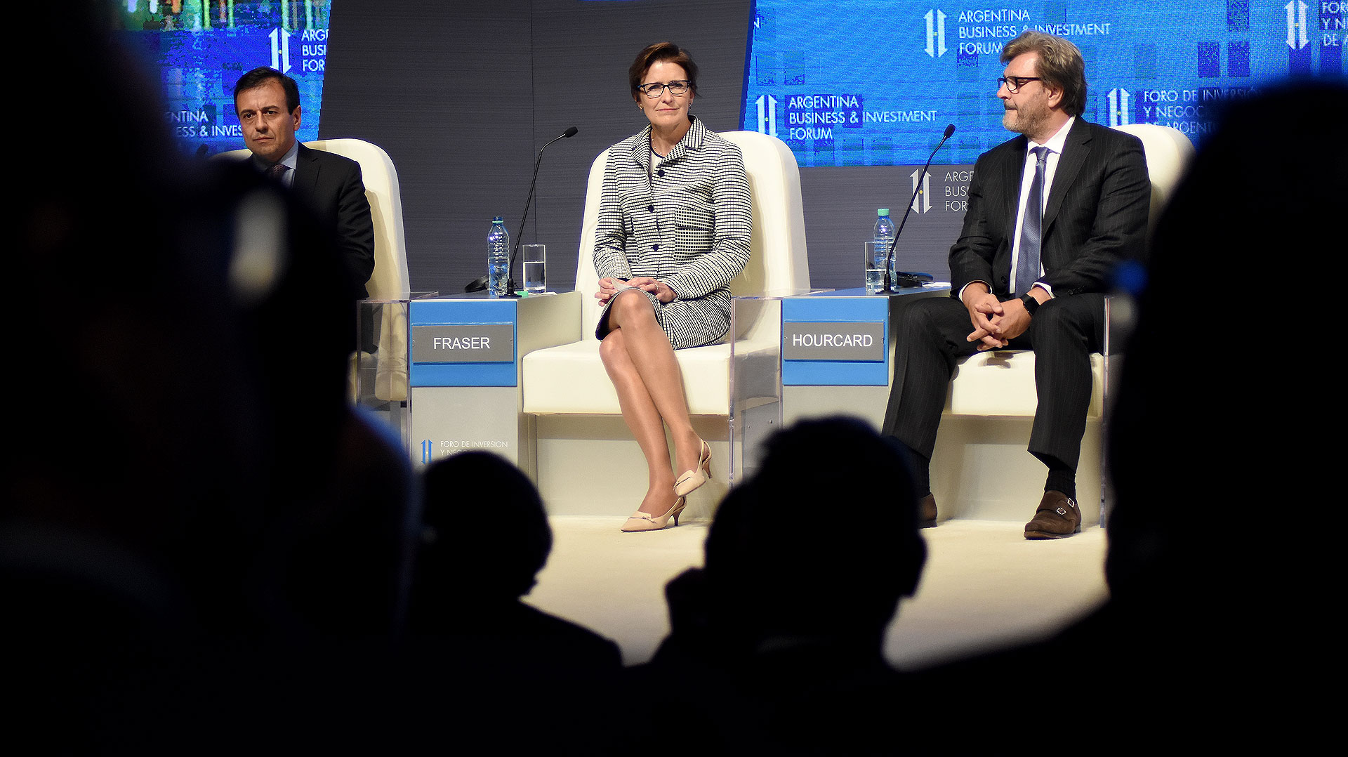 Mario Quintana junto a los empresarios Jane Fraser y Michel Hourcard