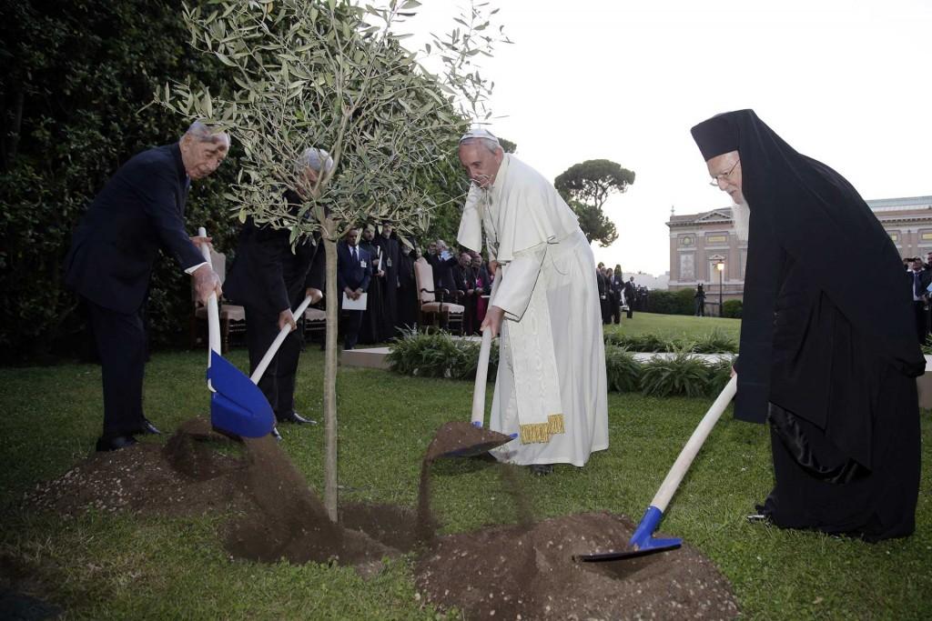 Los presidentes de Israel, Shimon Peres, el de Palestina Mahmoud Abbas, y el patriarca de Costantinopla plantan un árbol por la paz en la casa del Papa Francisco, Santa Marta, en junio de 2014