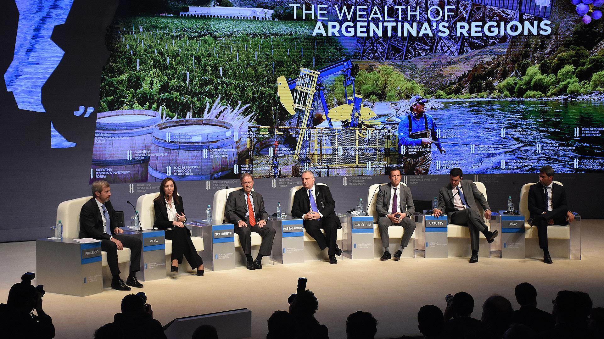 Los gobernadores María Eugenia Vidal (Buenos Aires), Juan Schiaretti (Córdoba), Hugo Passalacqua (Misiones), Omar Gutiérrez (Neuquén), Juan Manuel Urtubey (Salta) y Sergio Uñac (San Juan), junto al moderador Rogelio Frigerio