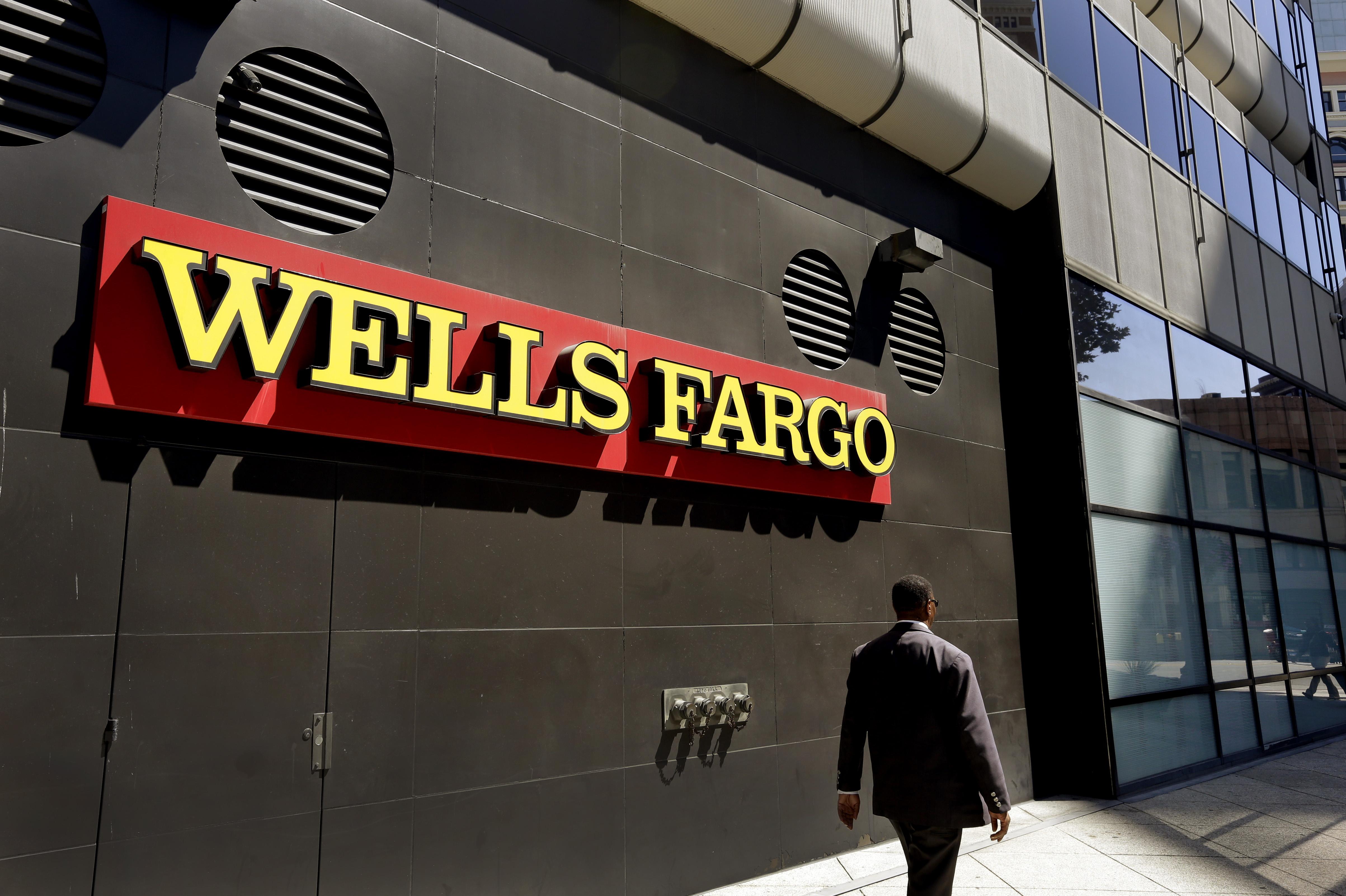 Un hombre camina por una oficina de Wells Fargo (AP)