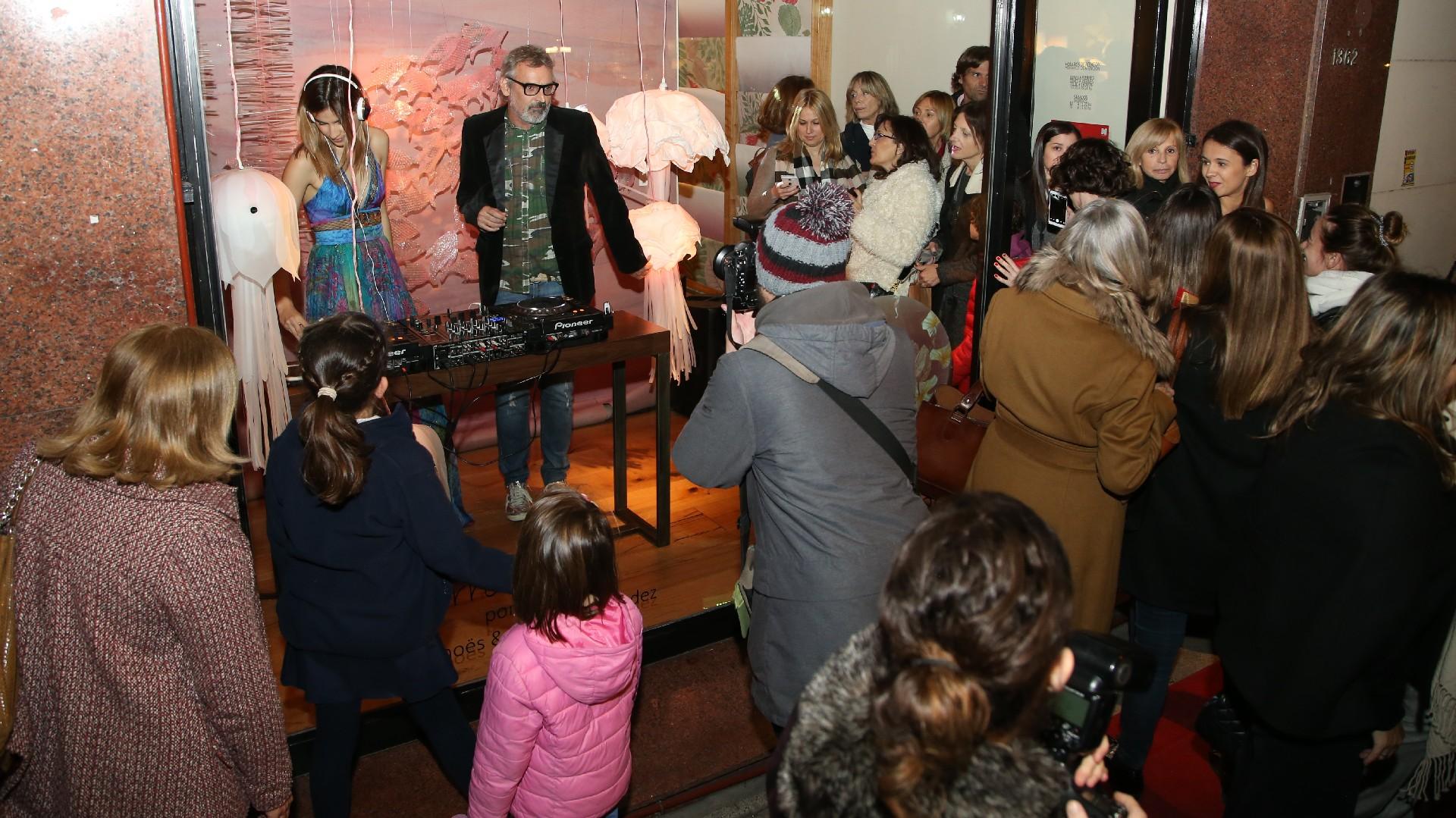 Benito Fernández estuvo a cargo de la intervención de la vidriera del local de Sofía Willemoes y se divirtió con el público al ritmo de la música de la DJ Cintia Garrido