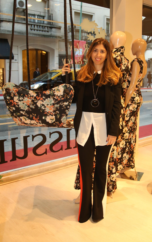La diseñadora Florencia Monis posa junto a su propuesta que se exhibe en la vidriera