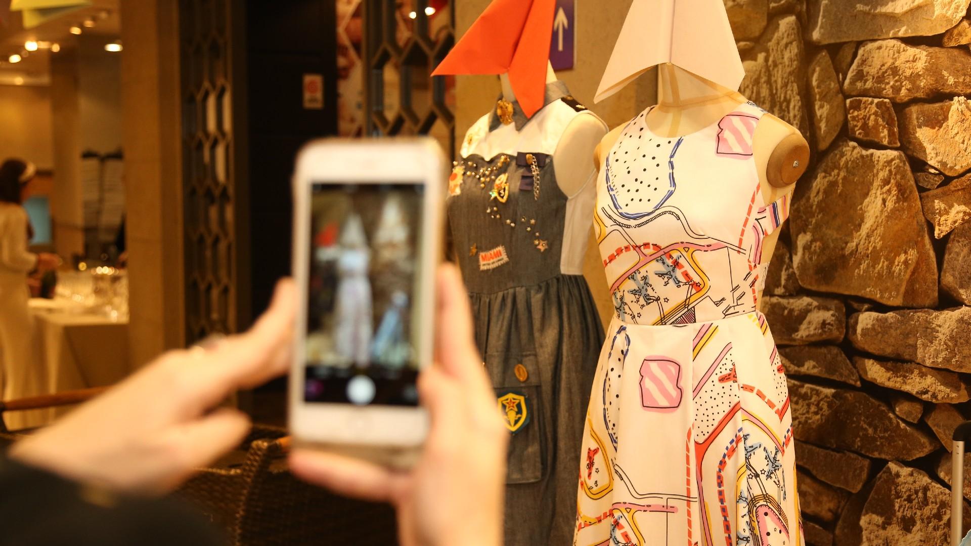Los diseños de moda exhibidos en las vidrieras de las tiendas deco, que acapararon las miradas del público