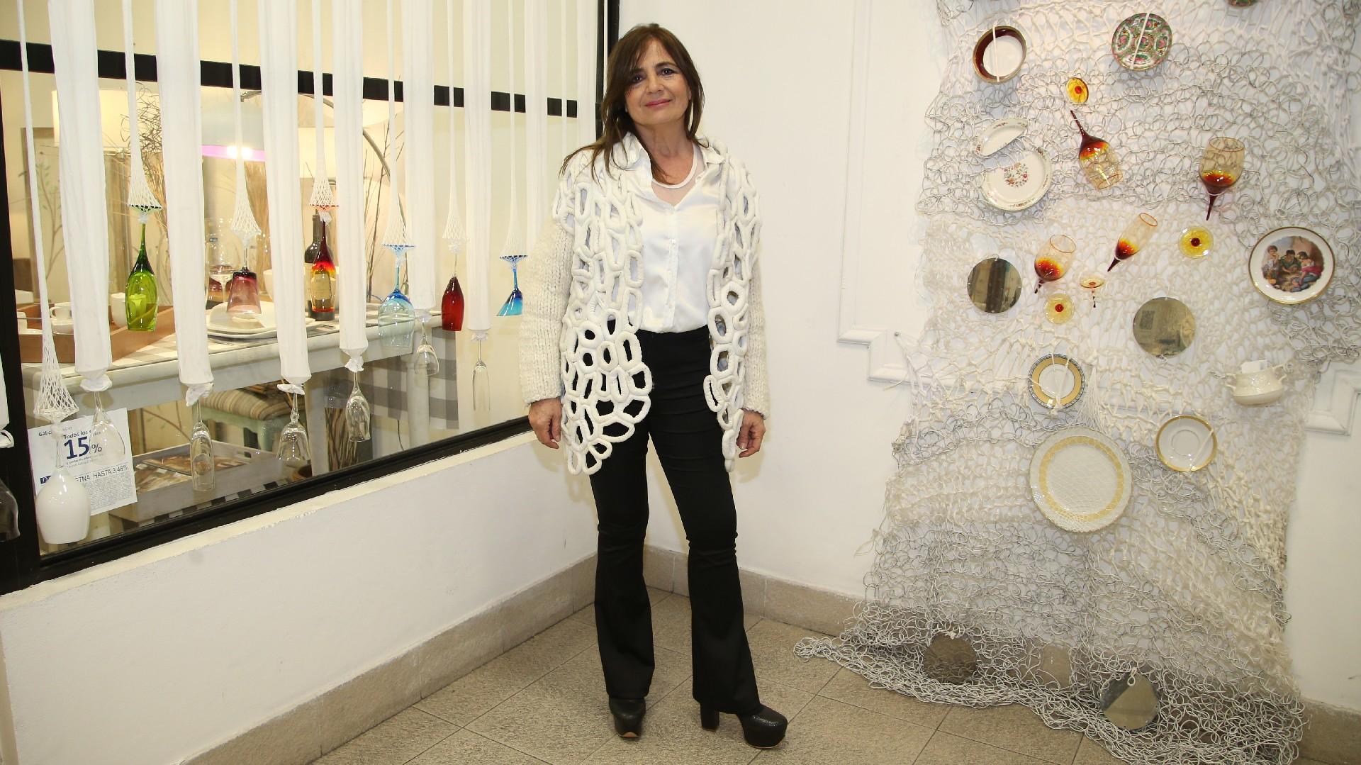 La diseñadora Ale Gougy y su original intervención con platos y copas en un local que se especializa en el arte de la mesa