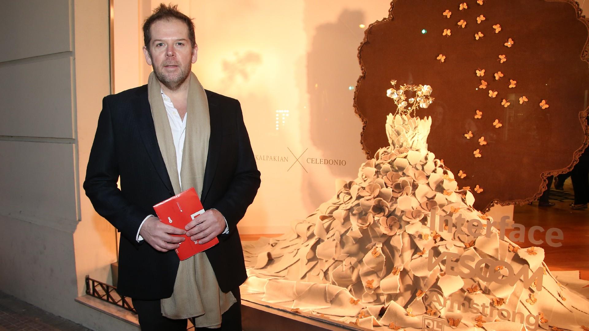 El consultor en arte, Fernando Schapire, delante del diseño de Celedonio