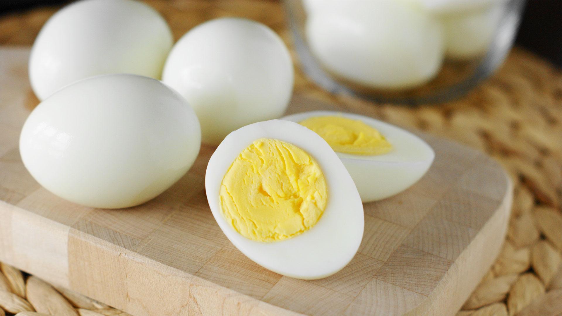 Cada yema de huevo contiene 186 mg de colesterol, y más de 300 mg diarios perjudican la salud.