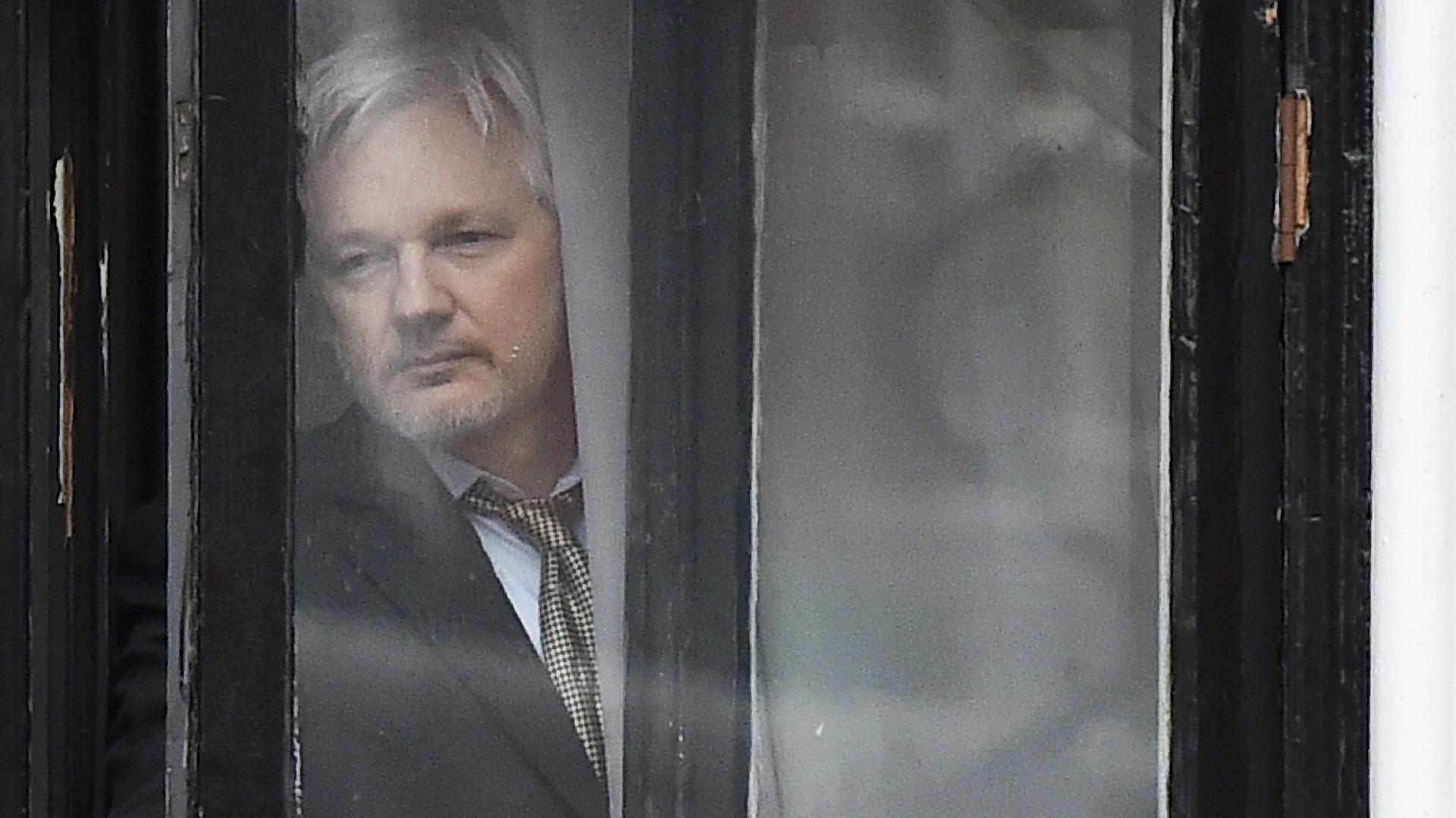 Julian Assange jugó un papel de caja de resonancia de las directivas del Kremlin, según Malcolm Nance, en la caída de Hillary Clinton. (AFP)