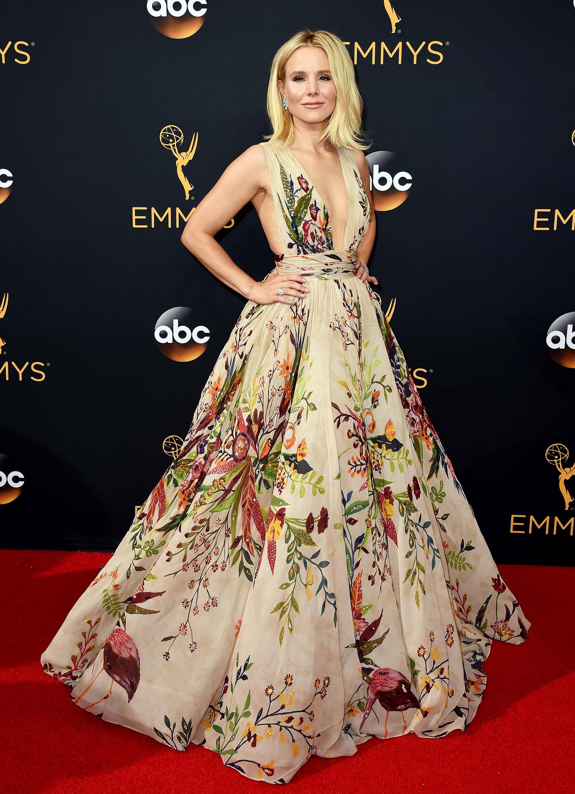 Kristen Bell Acaparó todas las miradas con su diseño de Zuhair Murad de aire romántico y muy elegante. Una pieza con un escote profundo y una falda voluptuosa. Cabello suelto y joyas de brillante en la entrega de 2016 (AP)