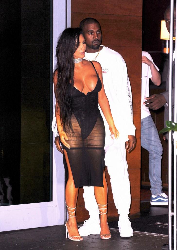 Kim, con un vestido transparente y un súper escote (Grosby Group)