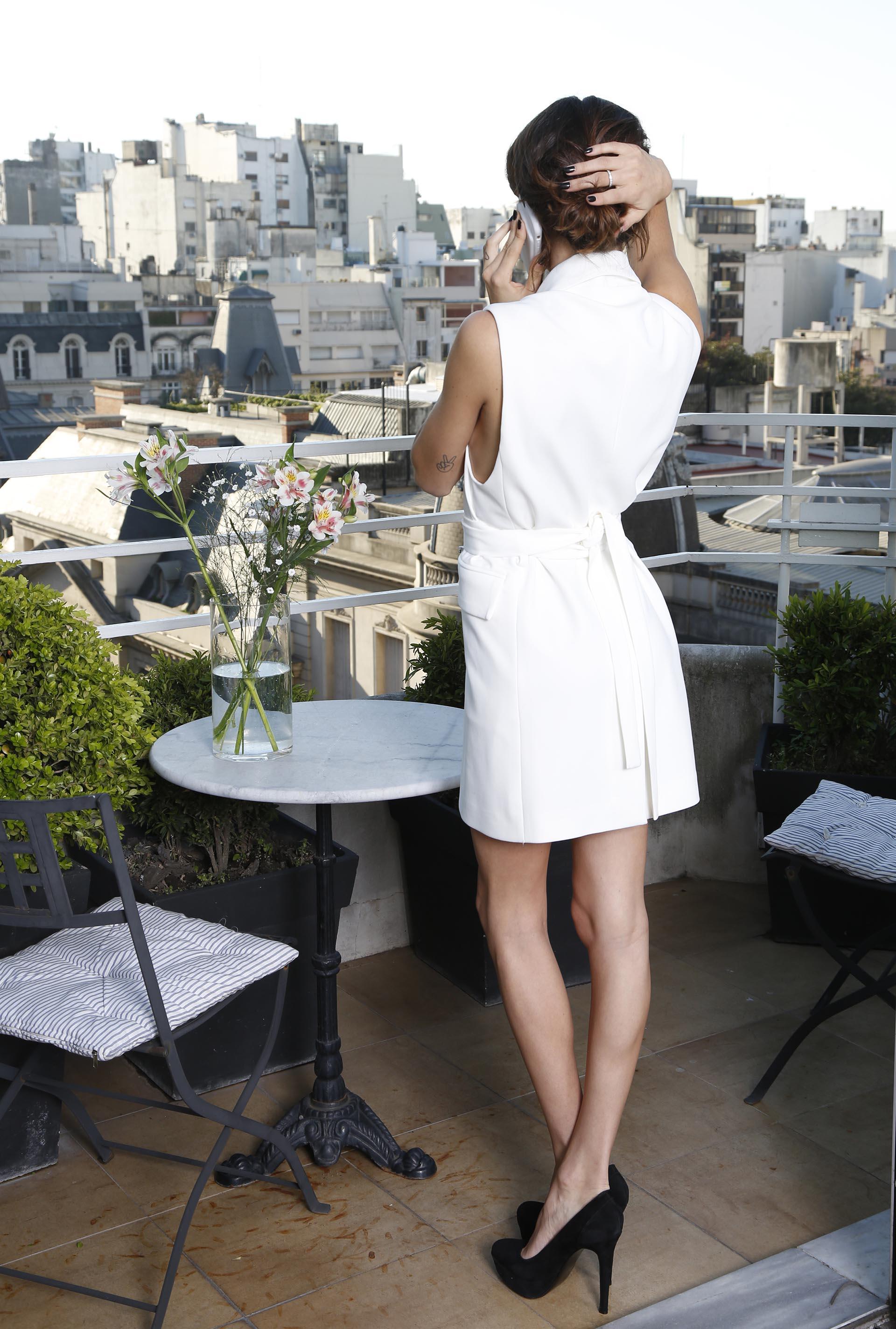 Para el atardecer: vestido blanco corte trench sin mangas y stilettos negros (Santiago Turienzo)