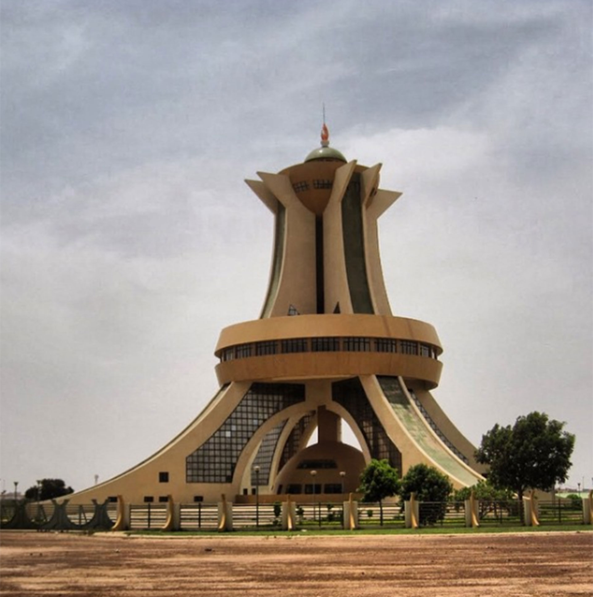 Burkina Faso y uno de sus más célebres monumentos: el de los héroes nacionales
