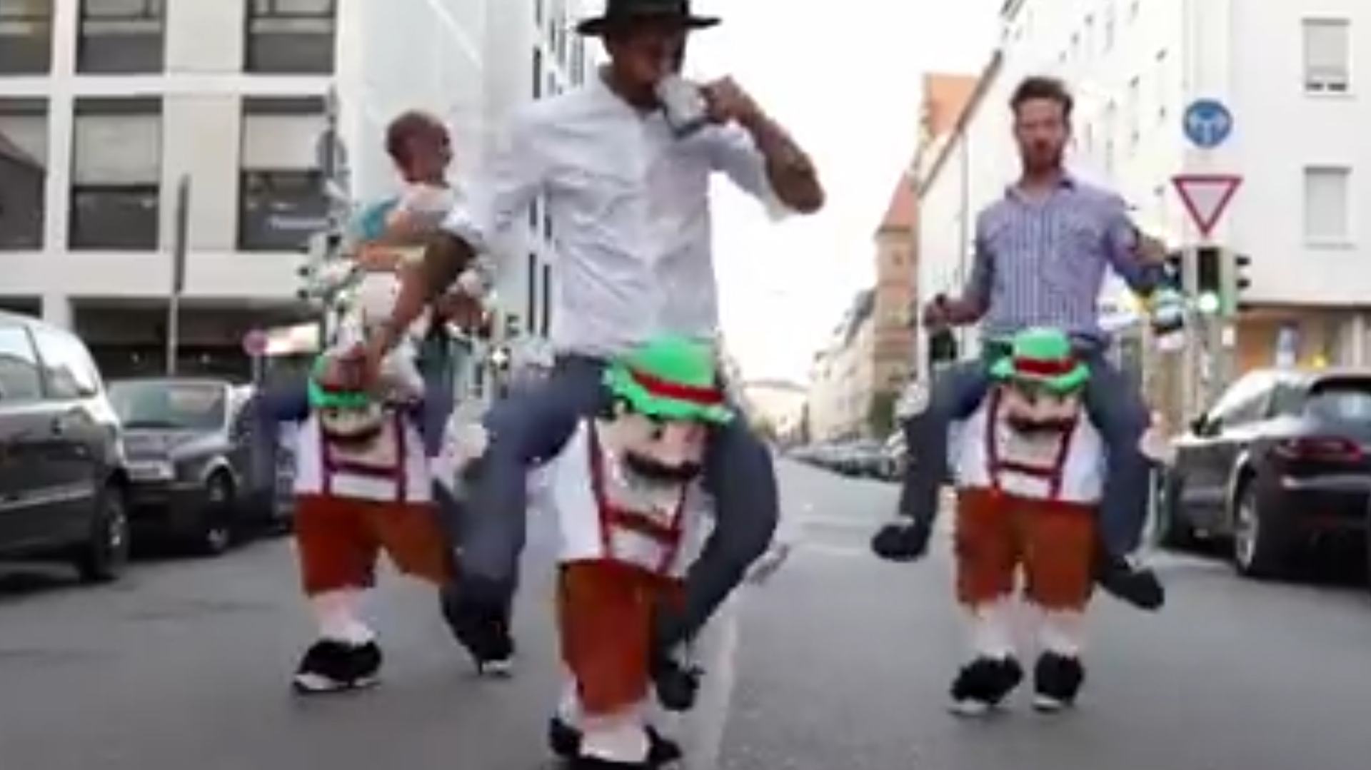 El video del disfraz de tres alemanes ebrios que fue visto 41 millones de veces