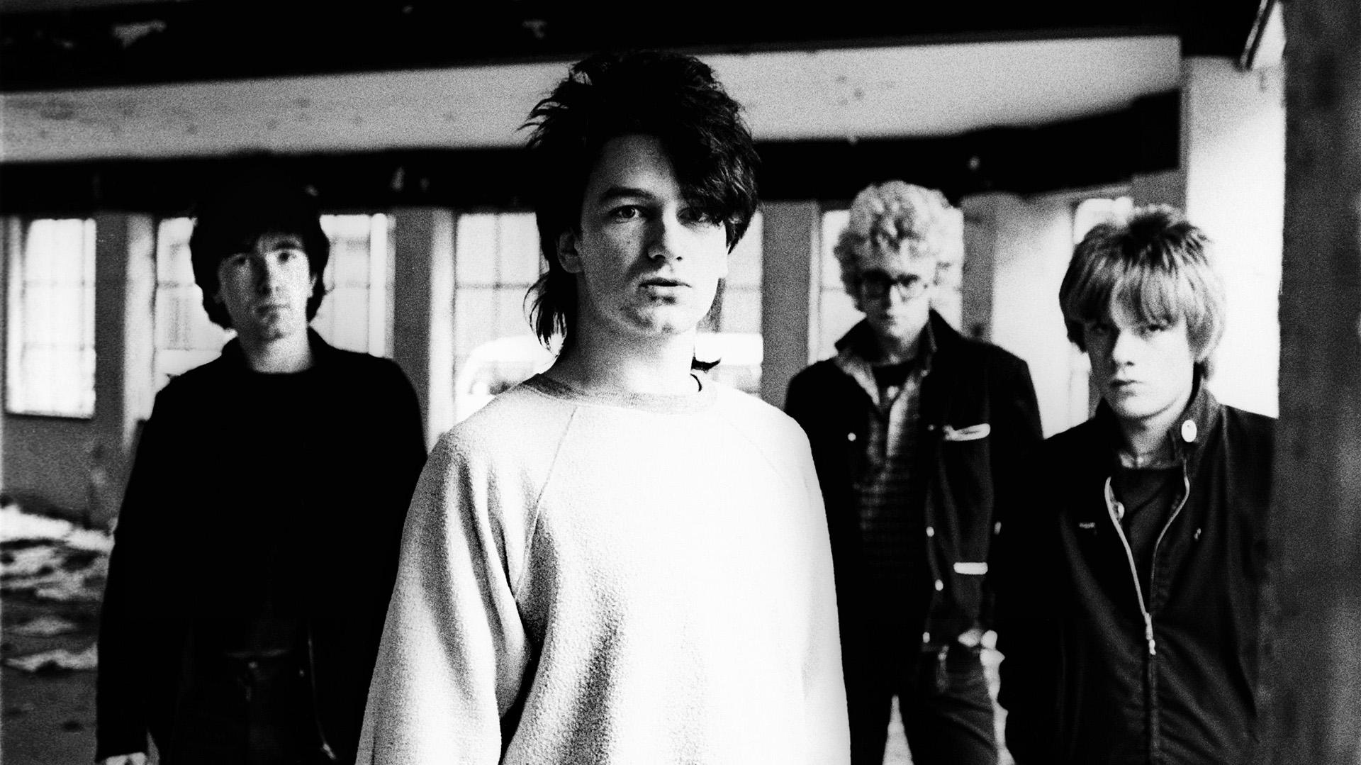 """U2 está liderada por Paul Hewson (1960), más conocido como """"Bono"""", David Evans (1961) o """"The Edge"""", Adam Clayton (1960) y Larry Mullen Jr. (1961)"""