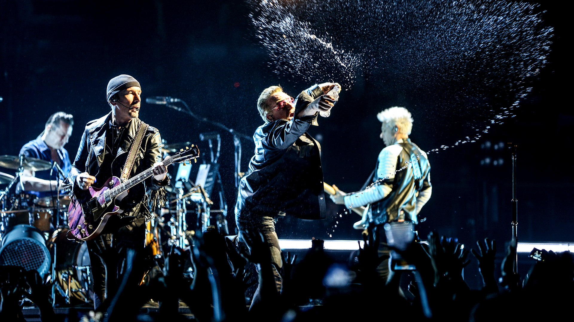 Larry Mullen Jr., The Edge, Bono y Adam Clayton en pleno show, mayo de 2015 (AP)