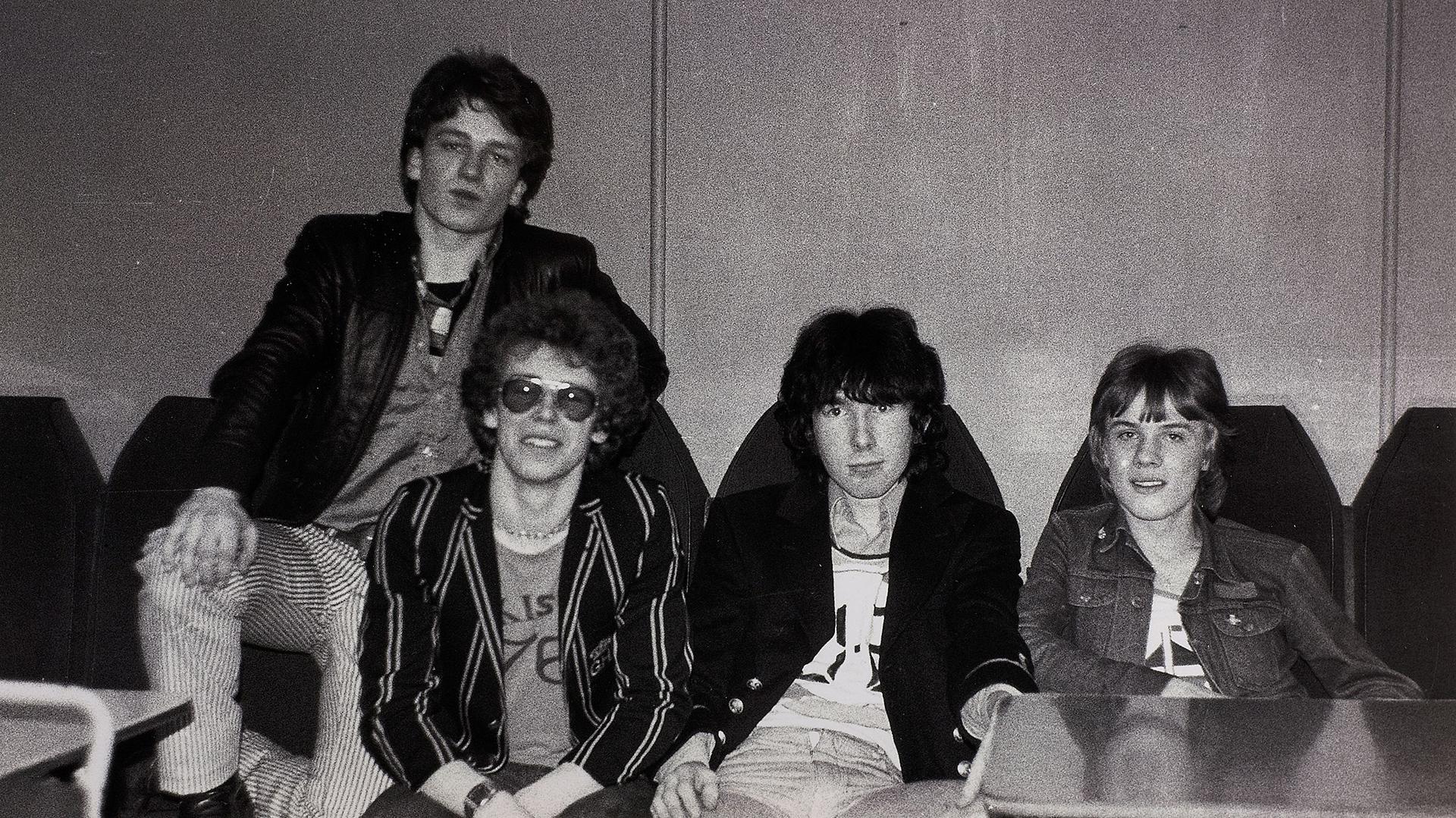 Los cuatro miembros de U2 se conocieron en su escuela de Dublin, donde formaron un grupo llamado Feedback, que comenzó haciendo versiones de los Beach Boys y de los Rolling Stones