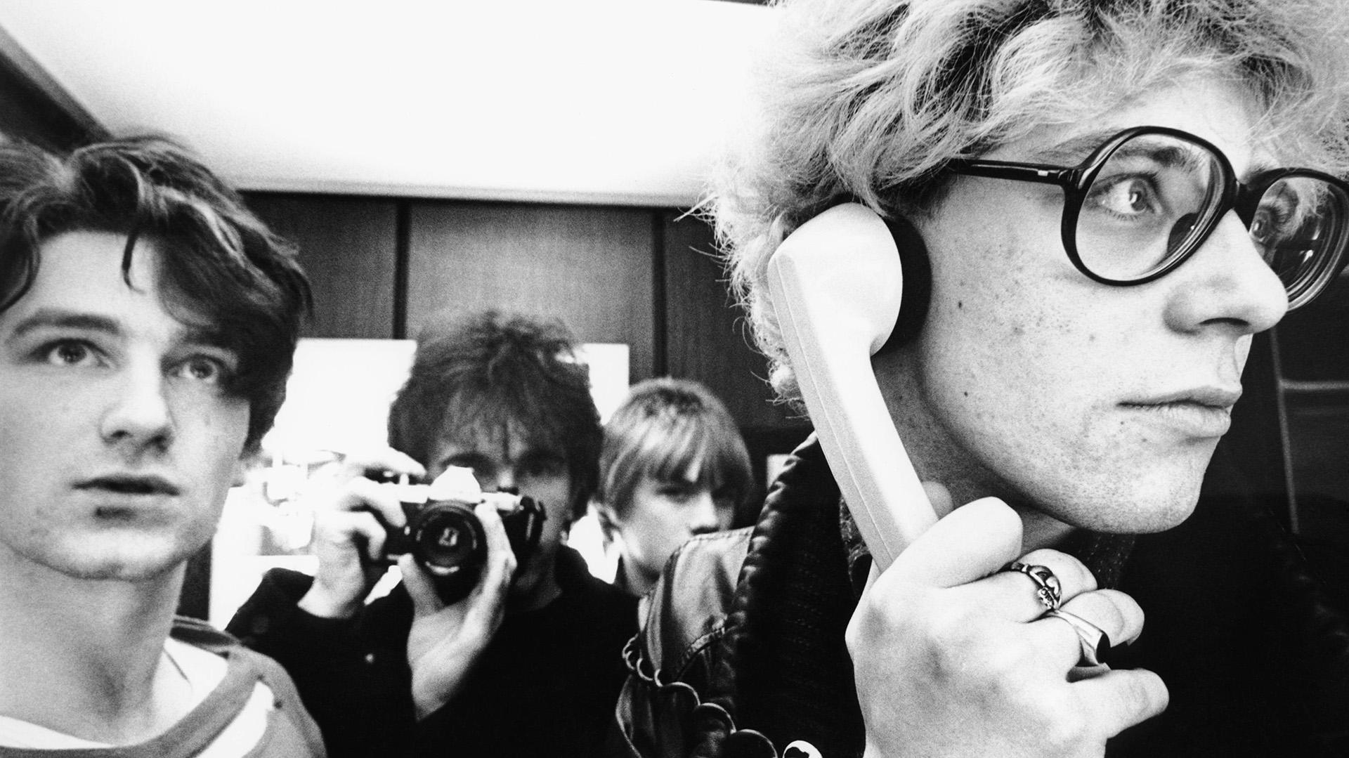 De izuierda a derecha: Bono, The Edge (sosteniendo la cámara), Larry Mullen Jr y Adam Clayton (al teléfono)