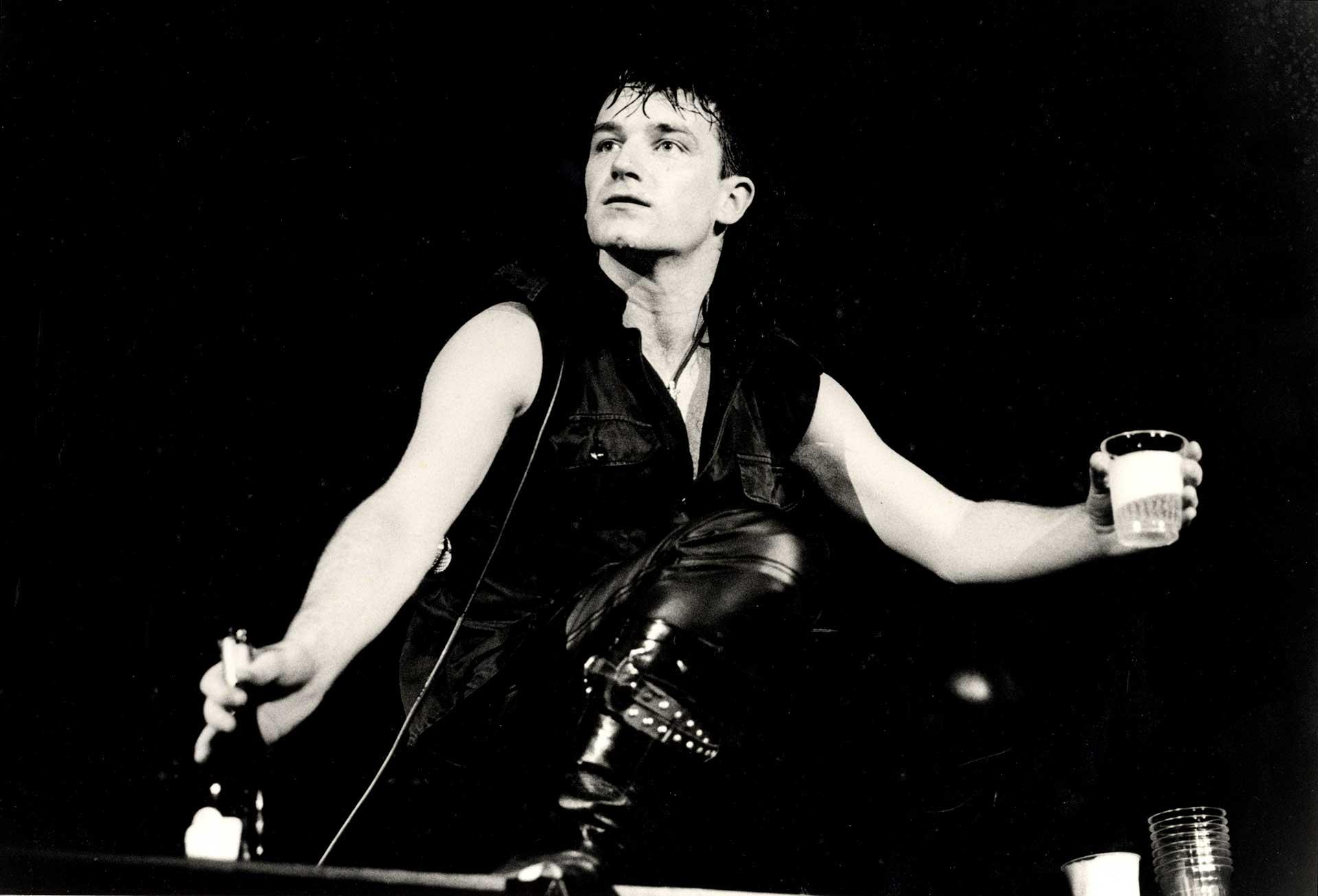 El Zoo TV Tour fue una gira de conciertos por todo el mundo, tras su álbum Achtung Baby (1991). La gira visitó arenas y estadios entre 1992-1993.