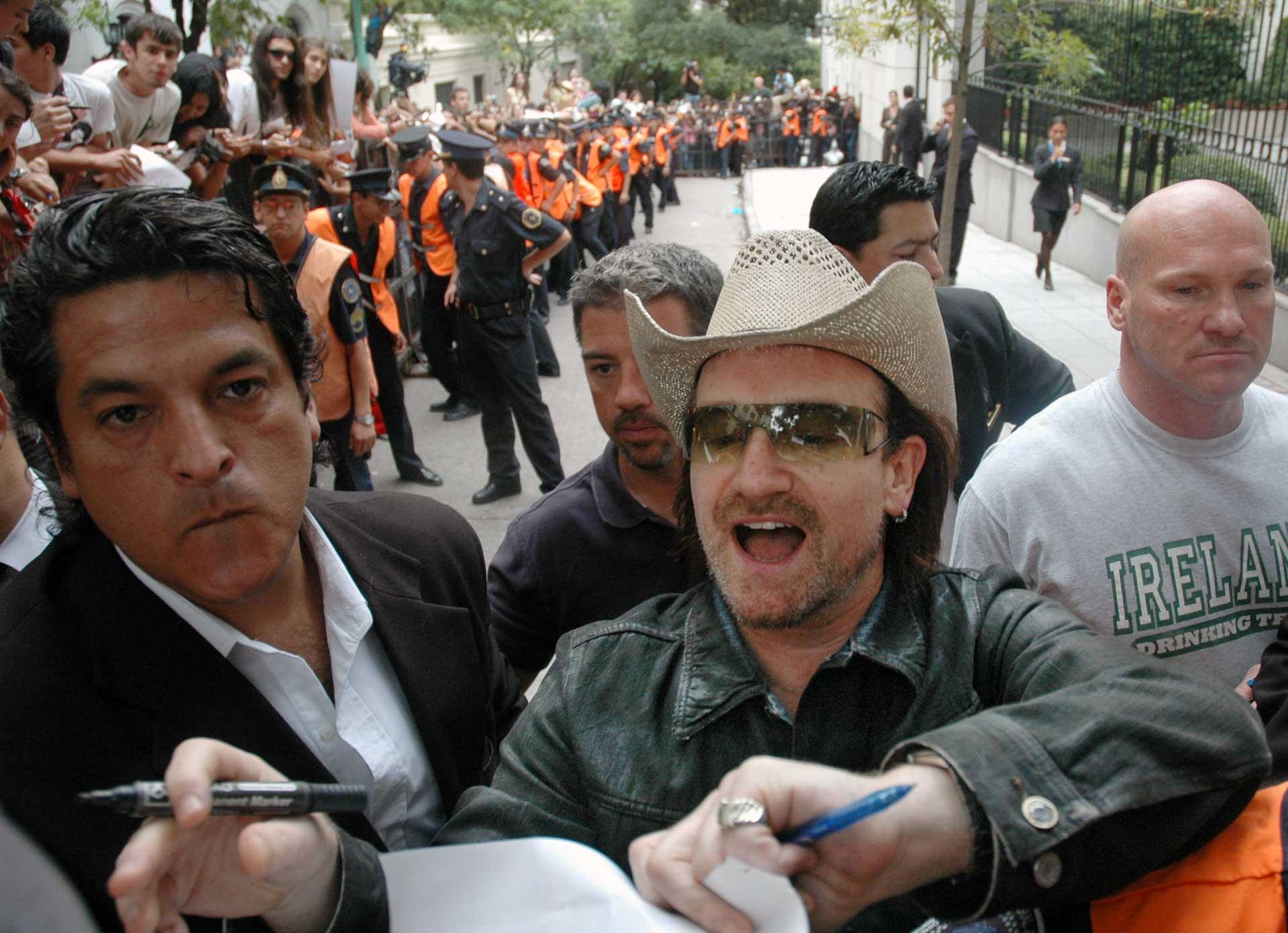 El cantante del grupo irlandés U2, Bono, saluda a cientos de fanáticos que aguardan para verlo antes del show en Buenos Aires, 2006