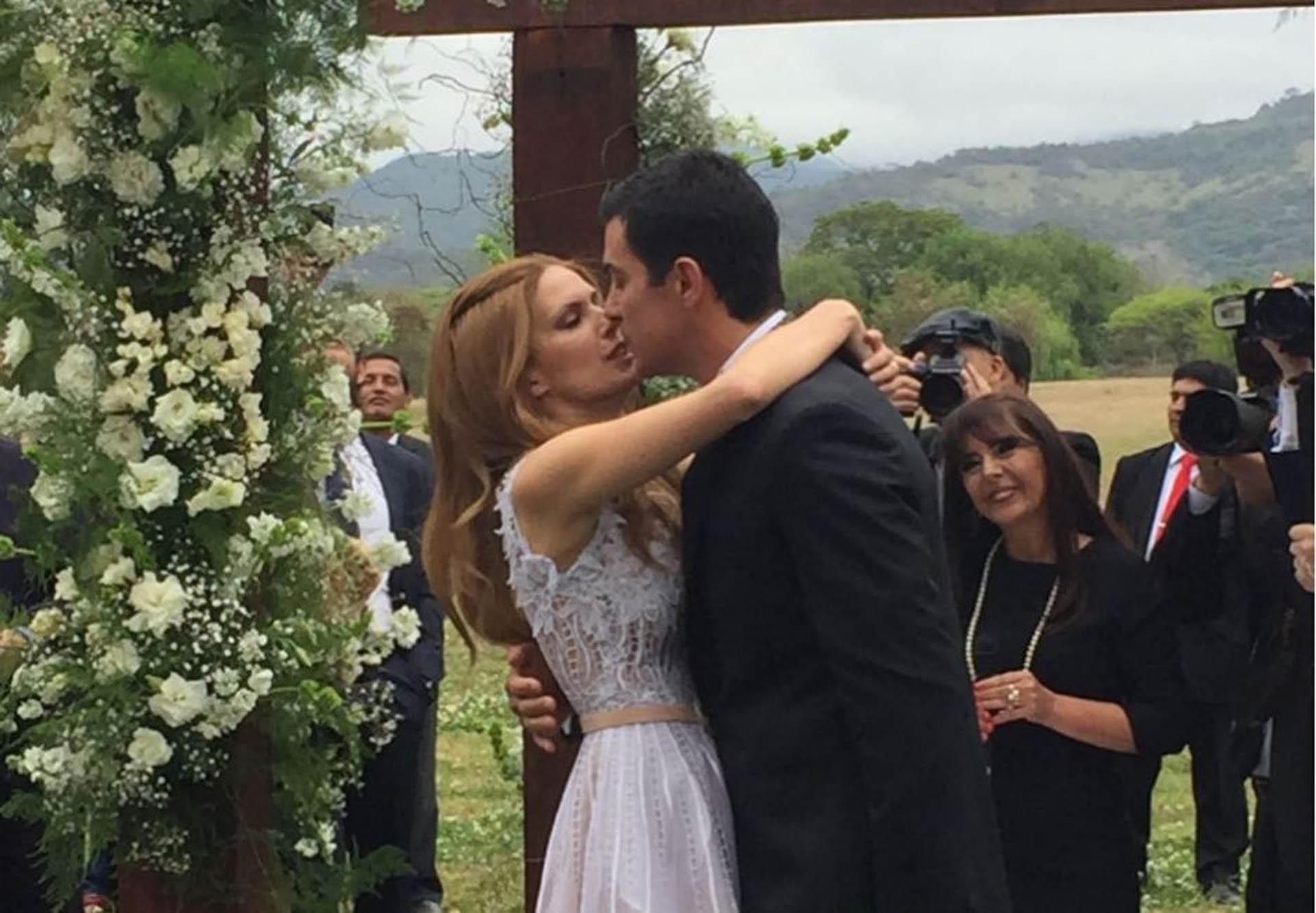 """El """"puede besar a la novia"""" y consiguiente beso romántico, uno de los momentos más emocionantes de la ceremonia"""