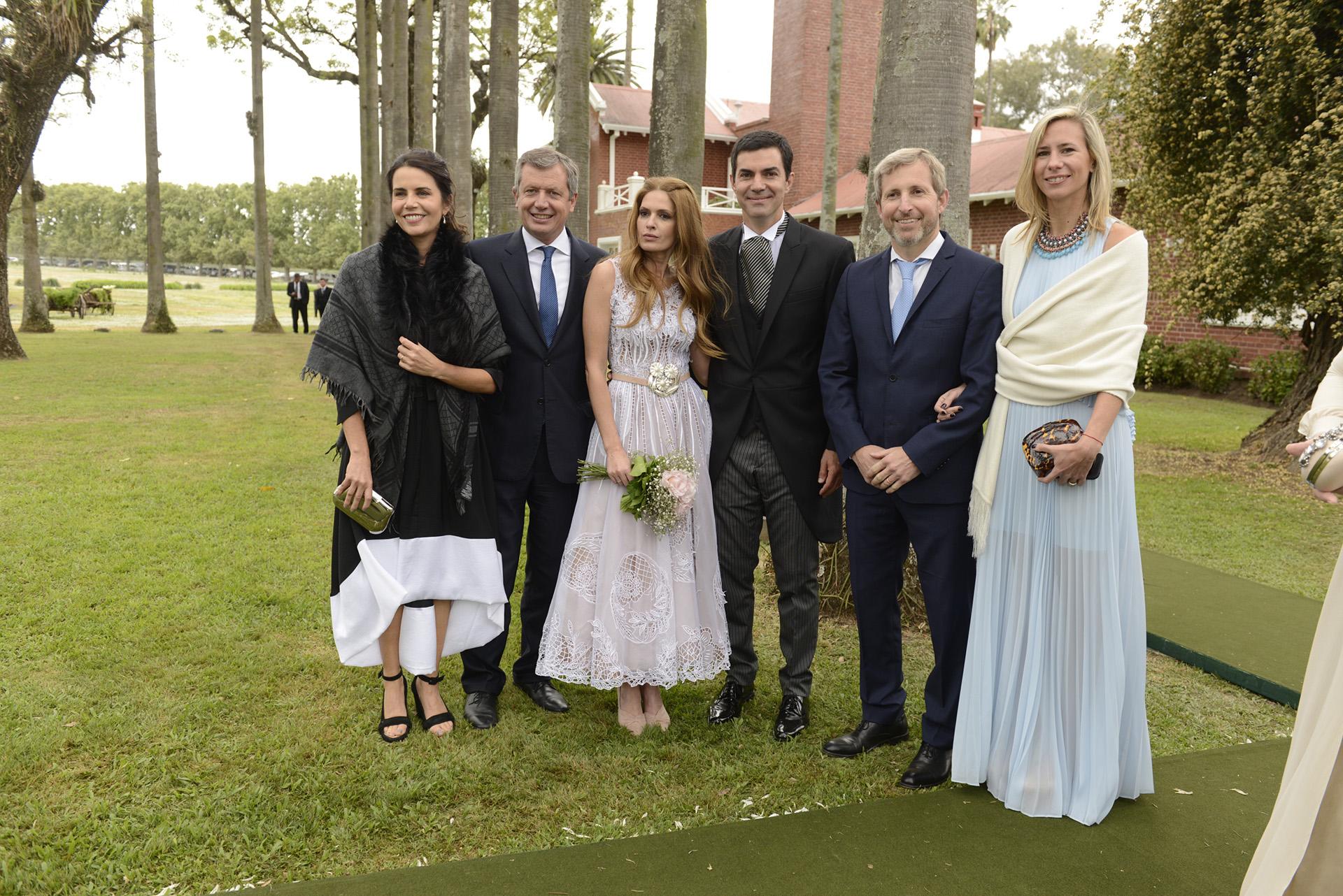 Los novios junto al presidente de la Cámara de Diputados Emilio Monzó y su esposa Karen Sánchez y el ministro del Interior Rogelio Frigerio y su esposa Victoria Costoya