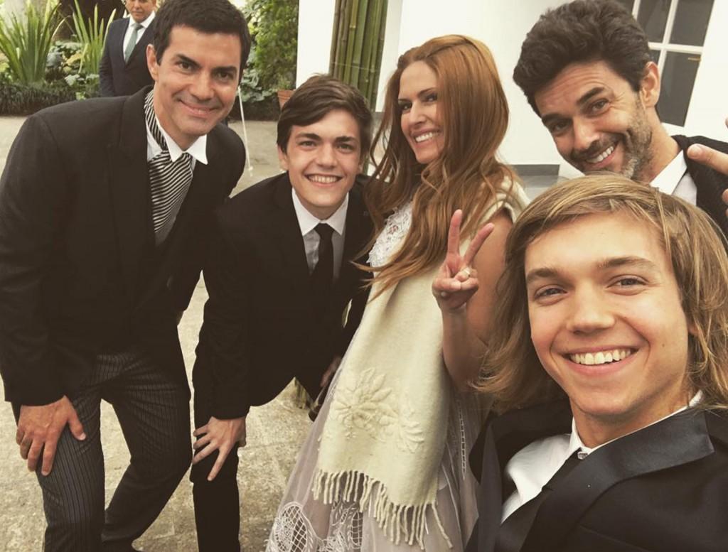 Divertidos, los novios ensayan una selfie con los invitados.