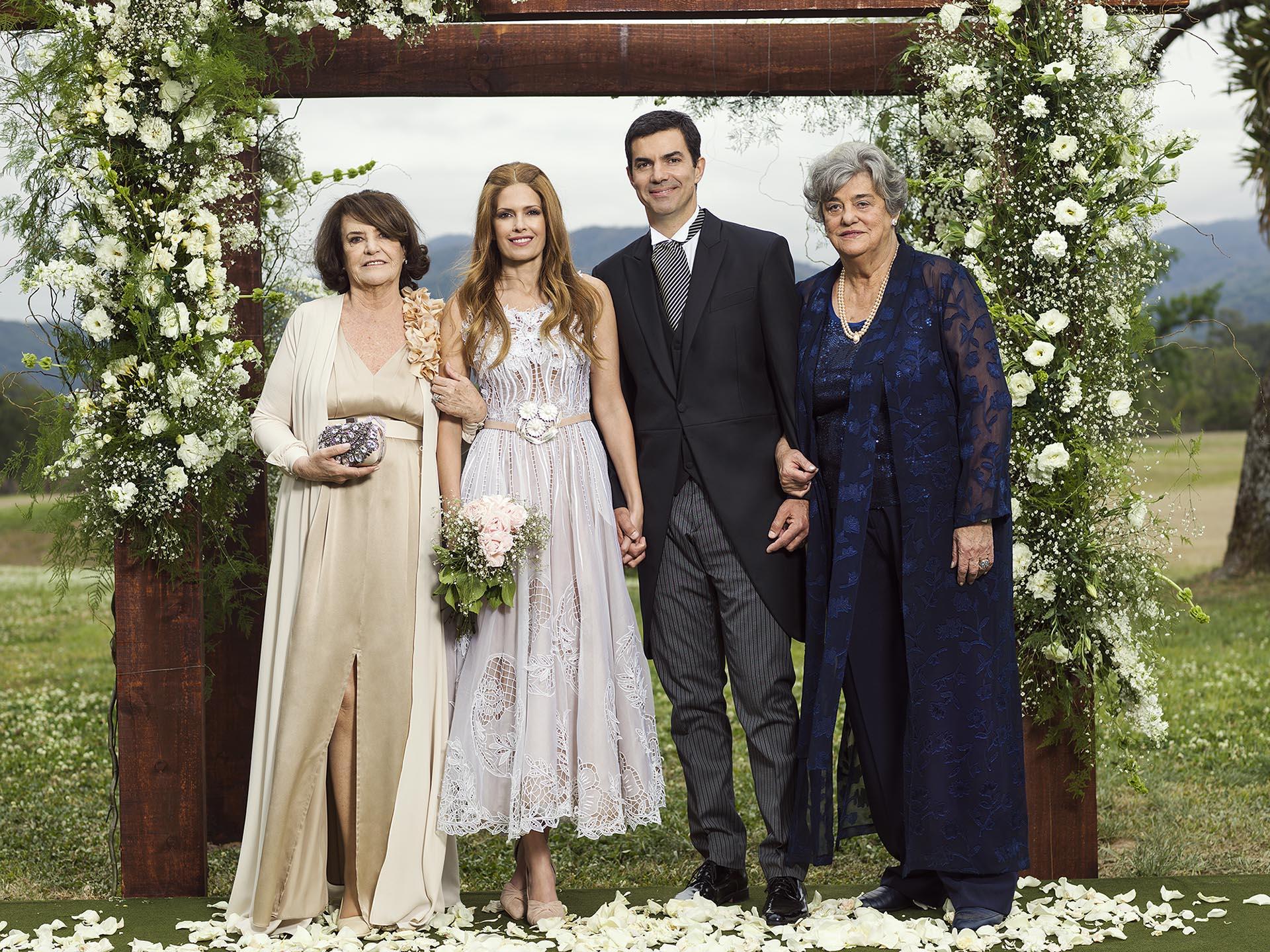 Los novios junto a sus madres, retratados por el fotógrafo Gaby Rocca.