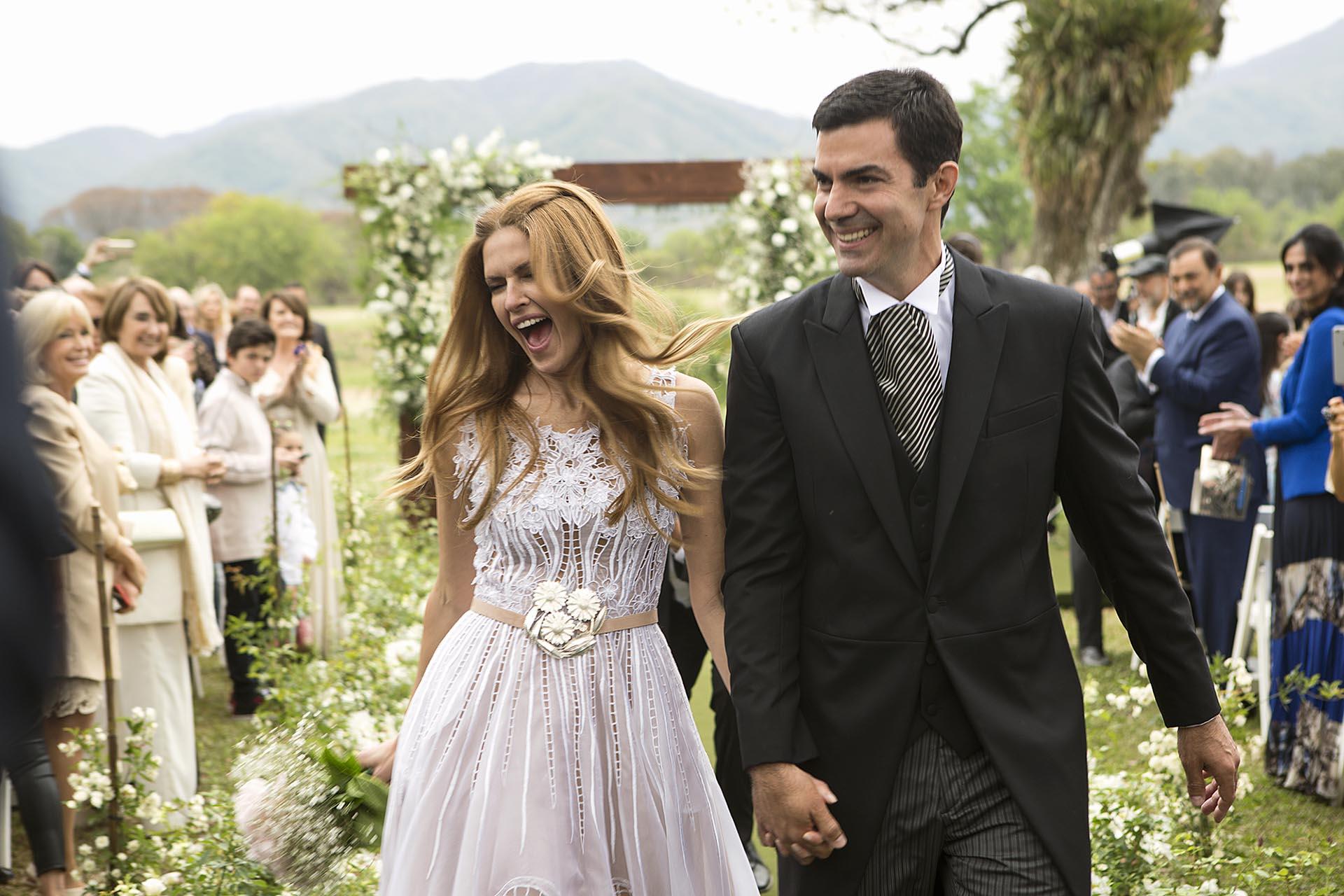 El festejo de la novia tras dar el sí.