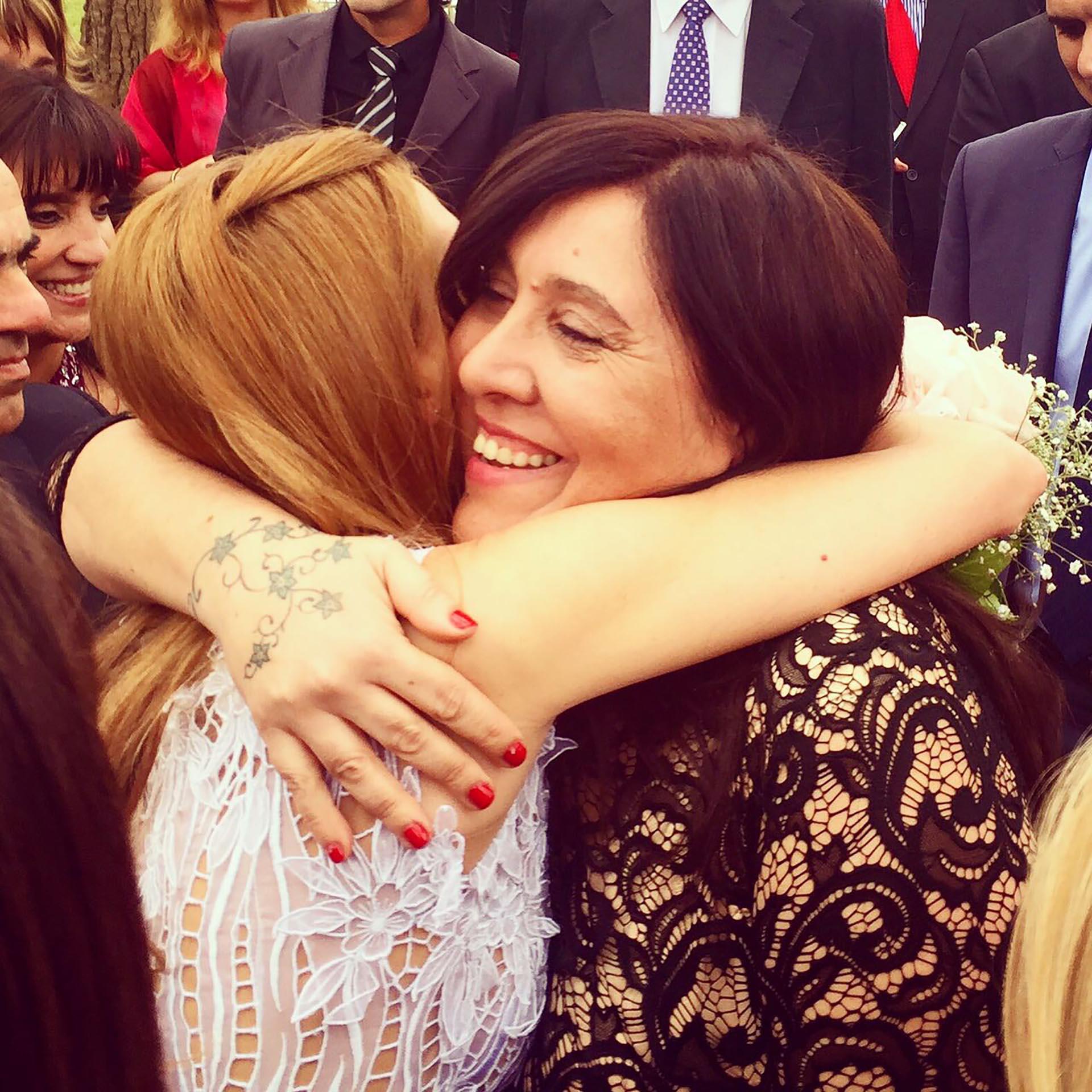 """Isabel Macedo abraza a la numeróloga """"Pitty"""", quien vaticinó que se casaría con un político antes de que conociera a Urtubey"""