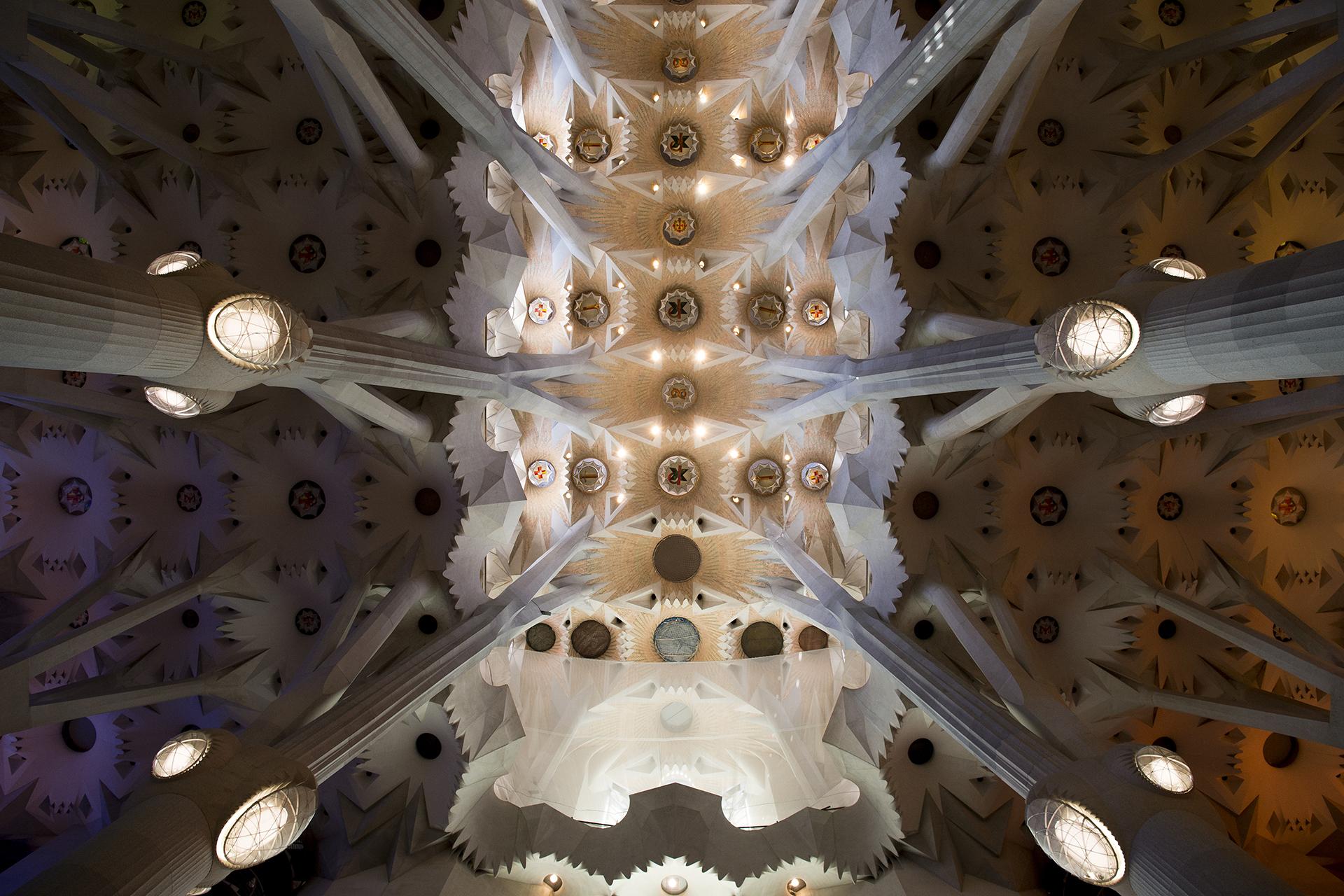 """Detalle del techo de la basílica """"Sagrada Familia"""" (Sagrada Familia), diseñado por Antoni Gaudí"""