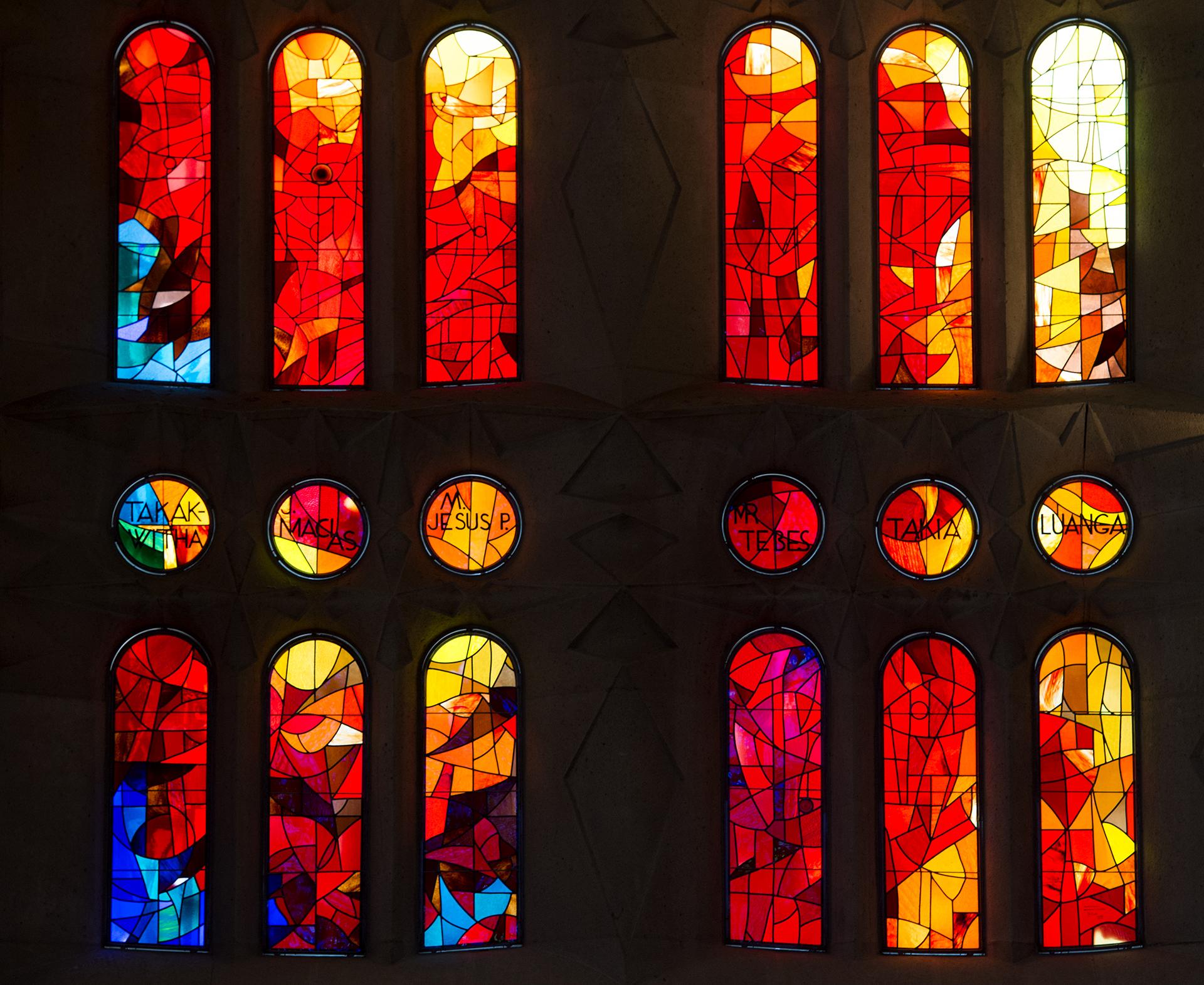 Cristalería del interior de la nave principal de la basílica
