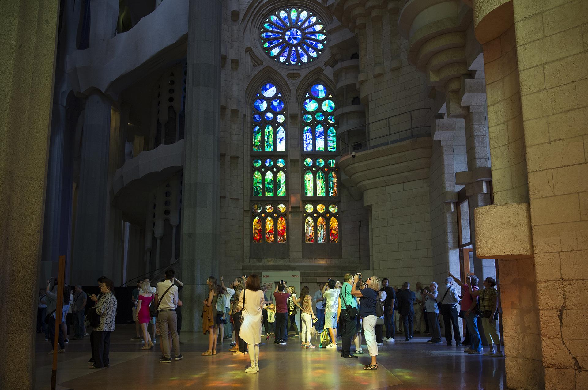 Visitantes recorren la nave central de la Basílica