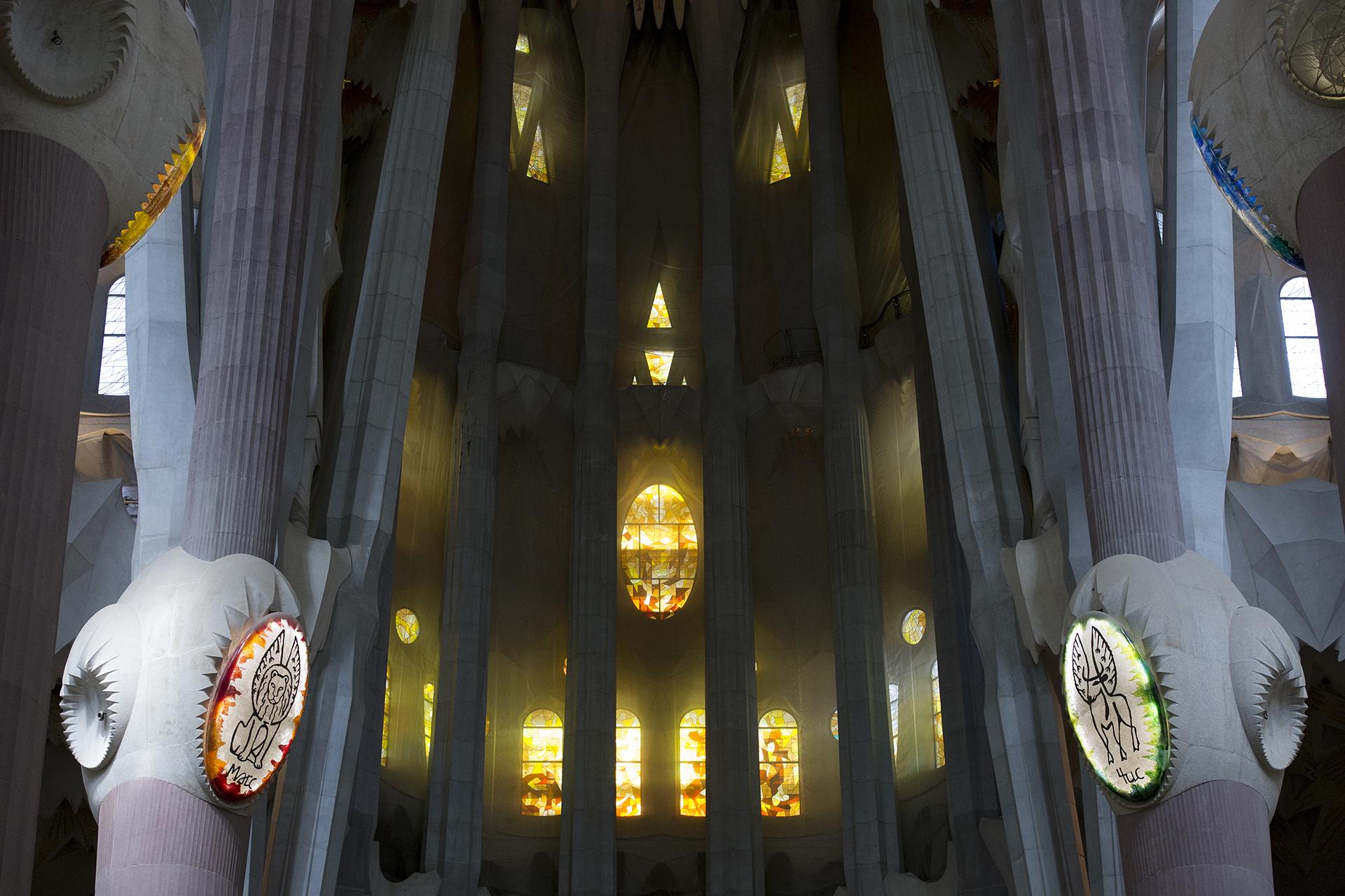 Detalle del interior de la nave principal, donde las columnas representan árboles con sus ramas